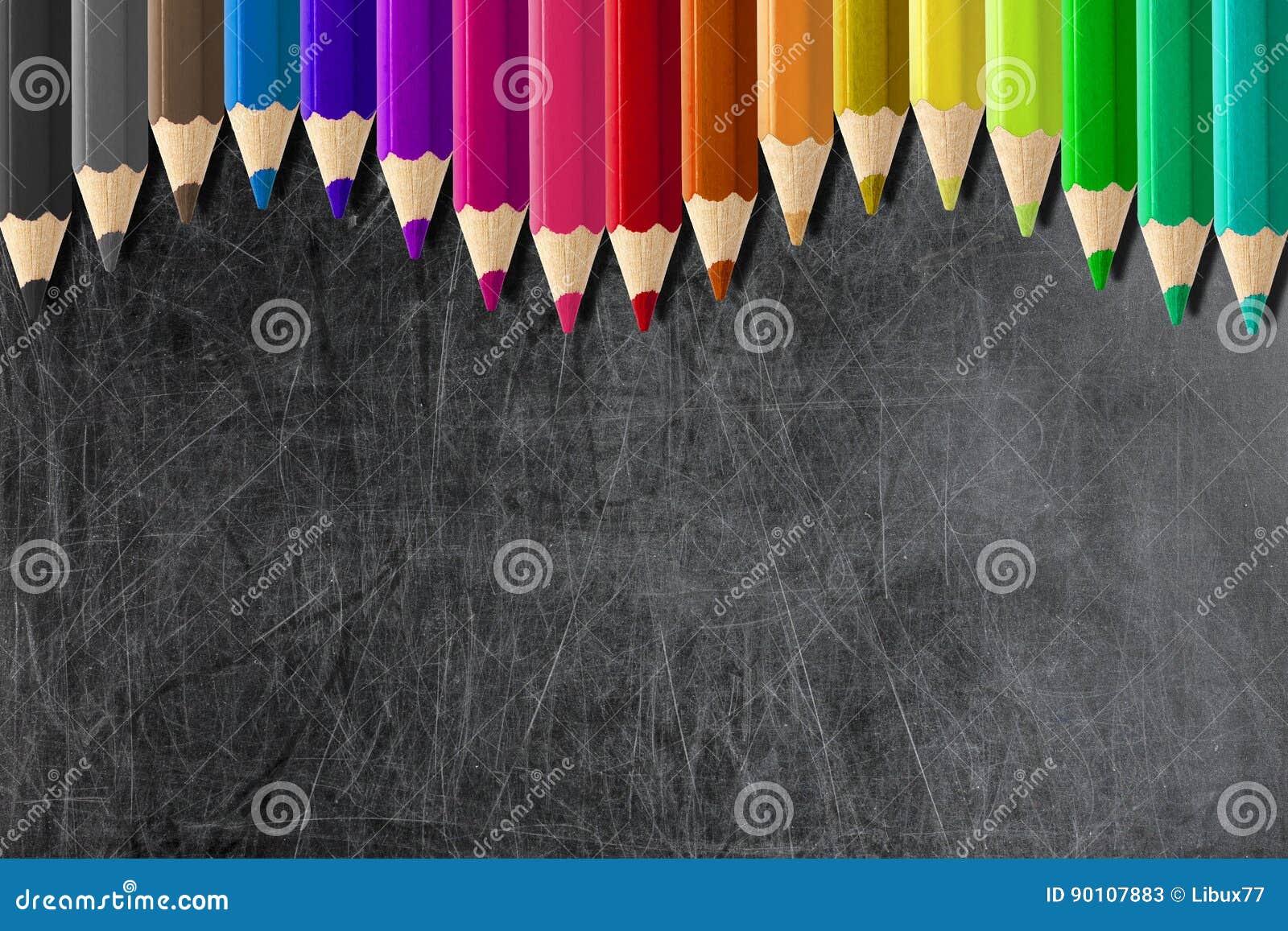 Coloured ołówki tworzy fala rabatowego pustego blackboard chalkbo lub