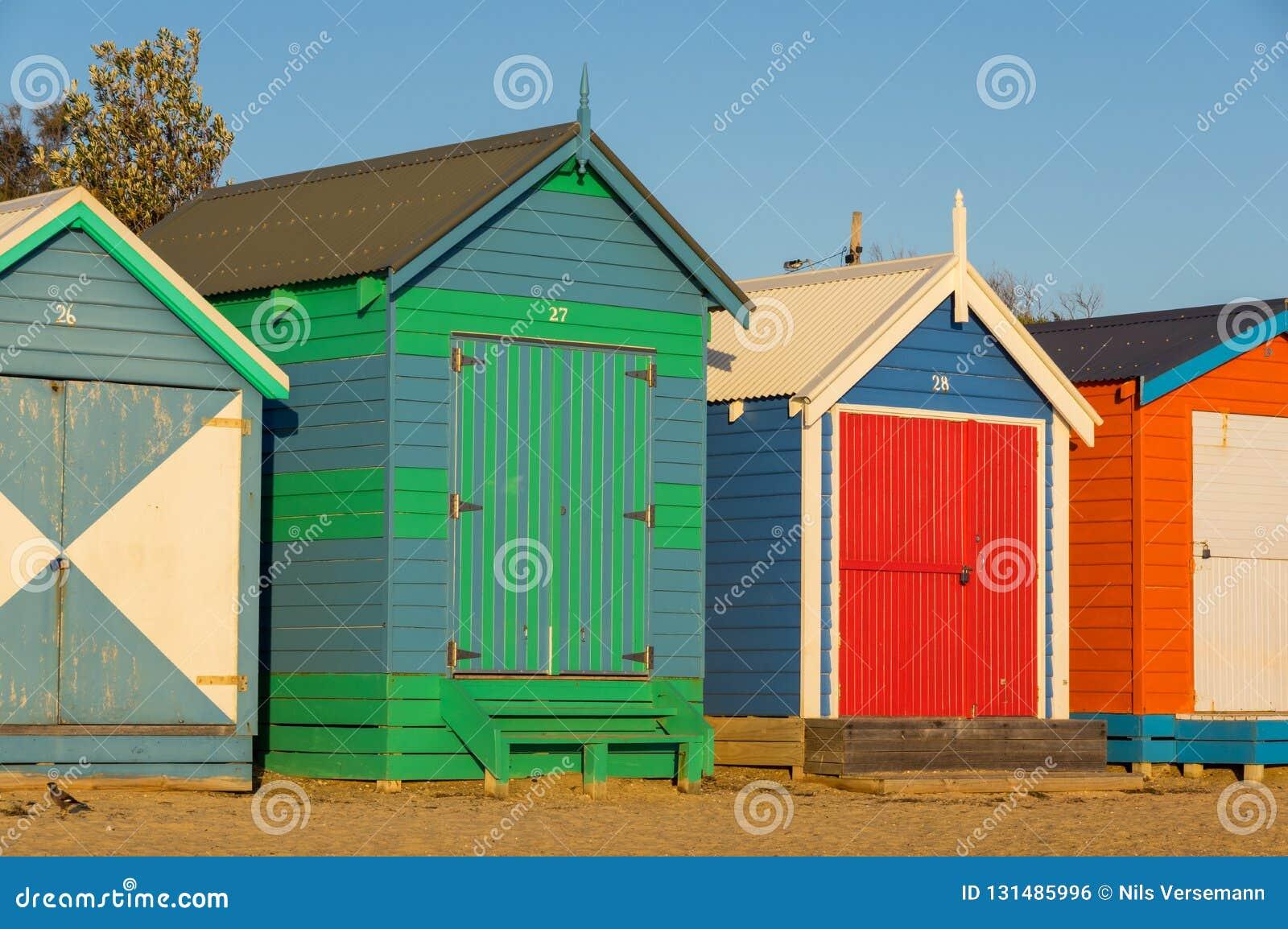 Colourful kąpanie boksuje przy Brighton plażą, popularna podupadłej części śródmieścia plaża Tam są 82 kąpać się