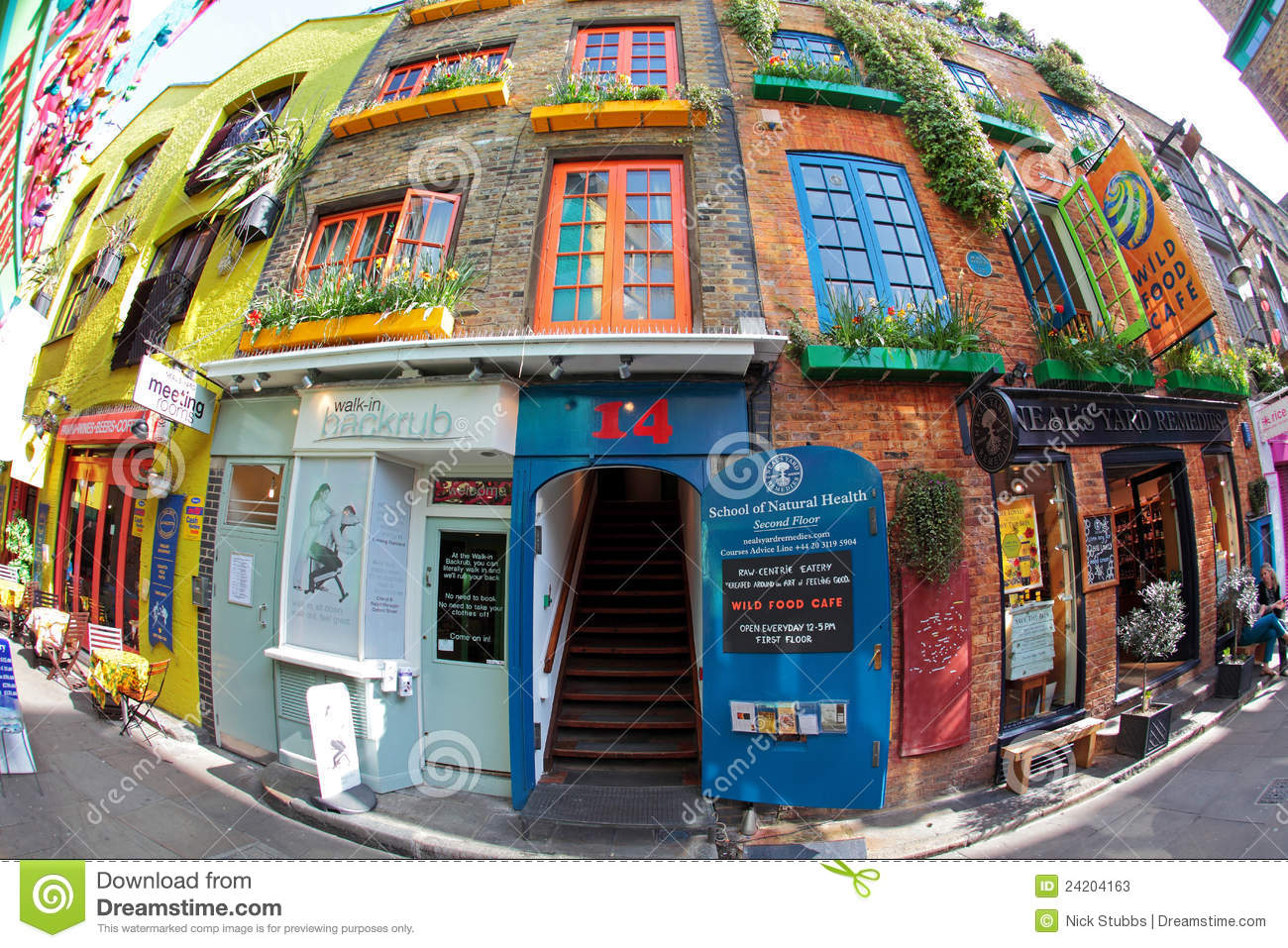 Colourful neal 39 s yard near covent garden in london for Cafe de jardin in covent garden