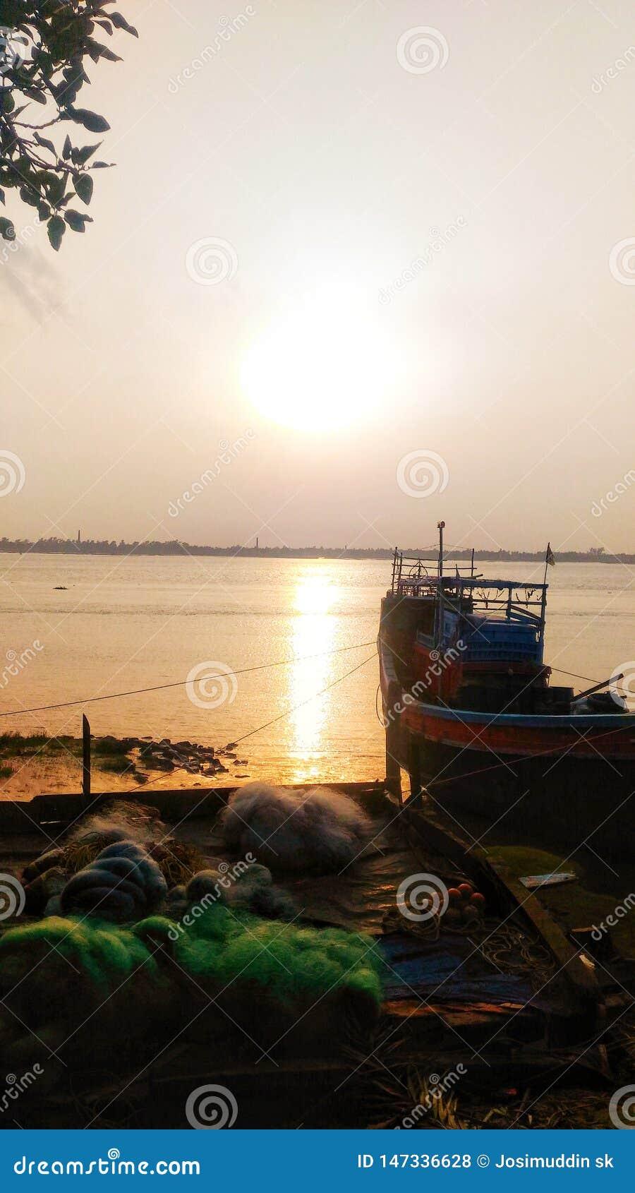 Colourful zmierzch, piękna łódź i sieć