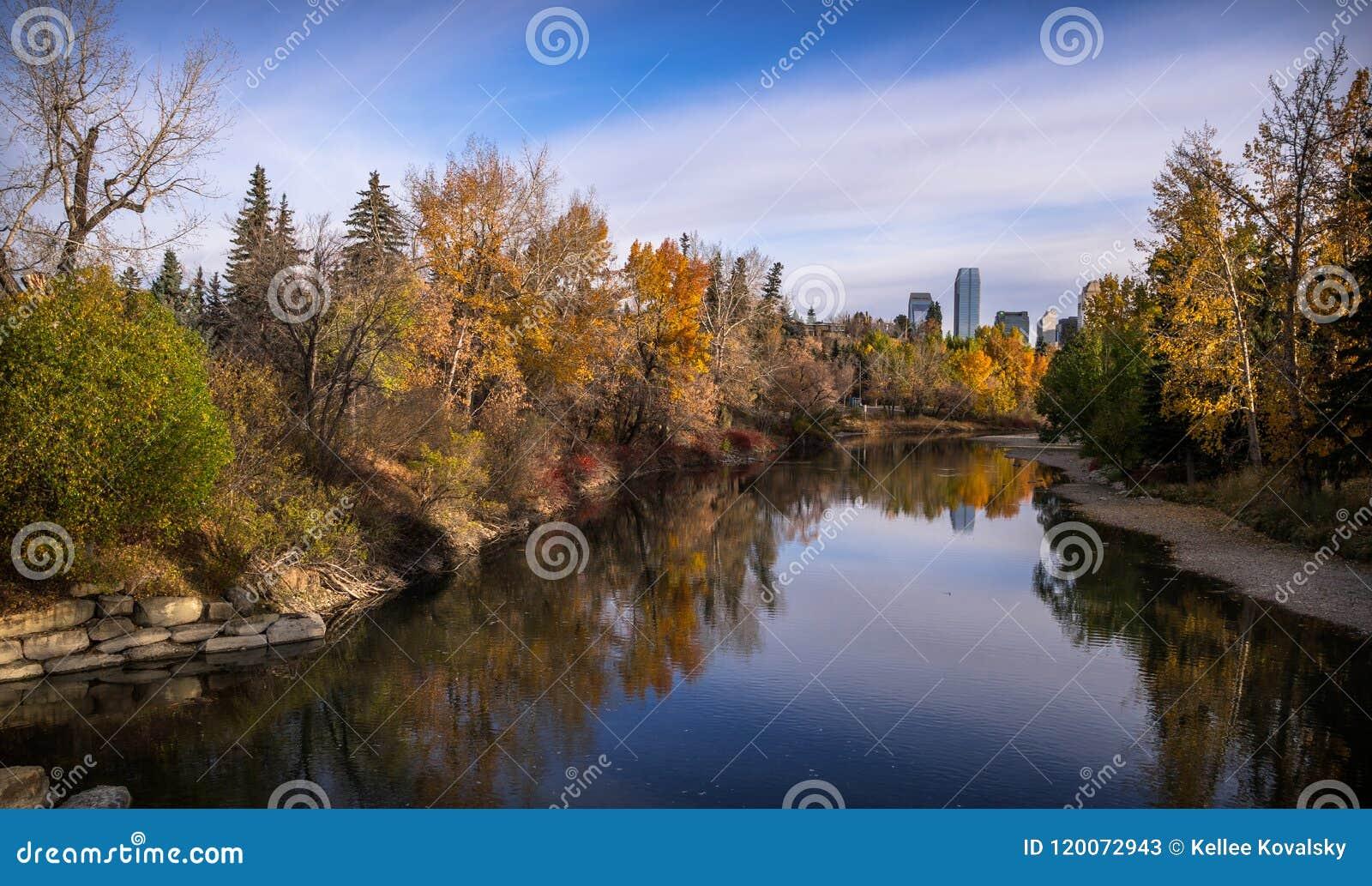 Colours łokci brzeg rzeki na spadku ranku