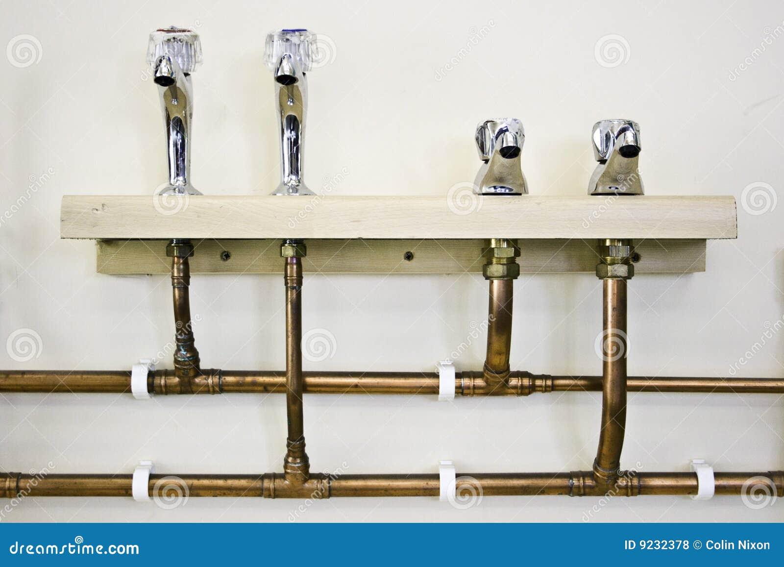 Colpetti e tubi di acqua calda e fredda fotografie stock for Tubi del serbatoio dell acqua calda