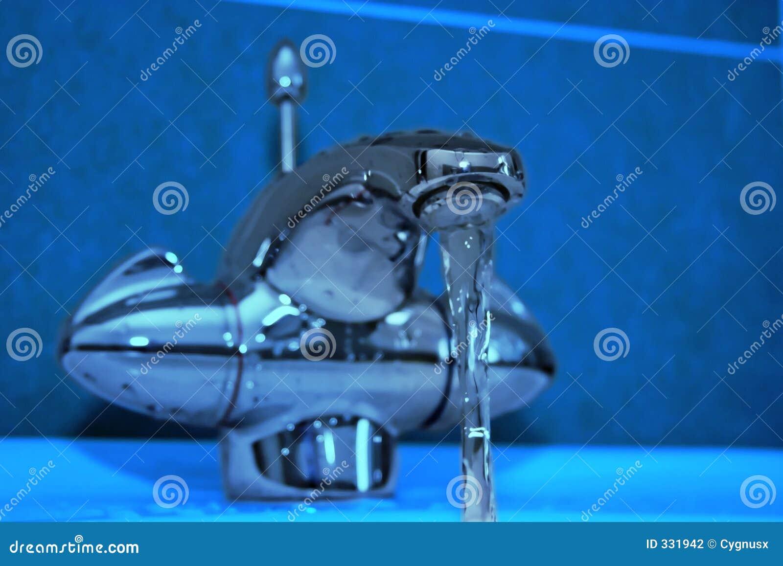 Colpetto moderno della stanza da bagno azzurro fotografia