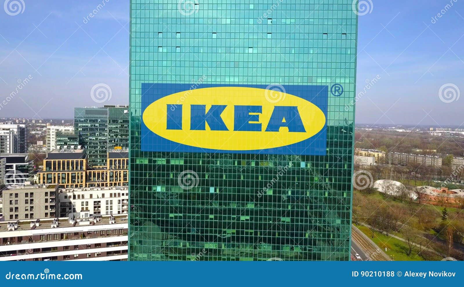 Ufficio Moderno Ikea : Colpo aereo del grattacielo dell ufficio con il logo di ikea