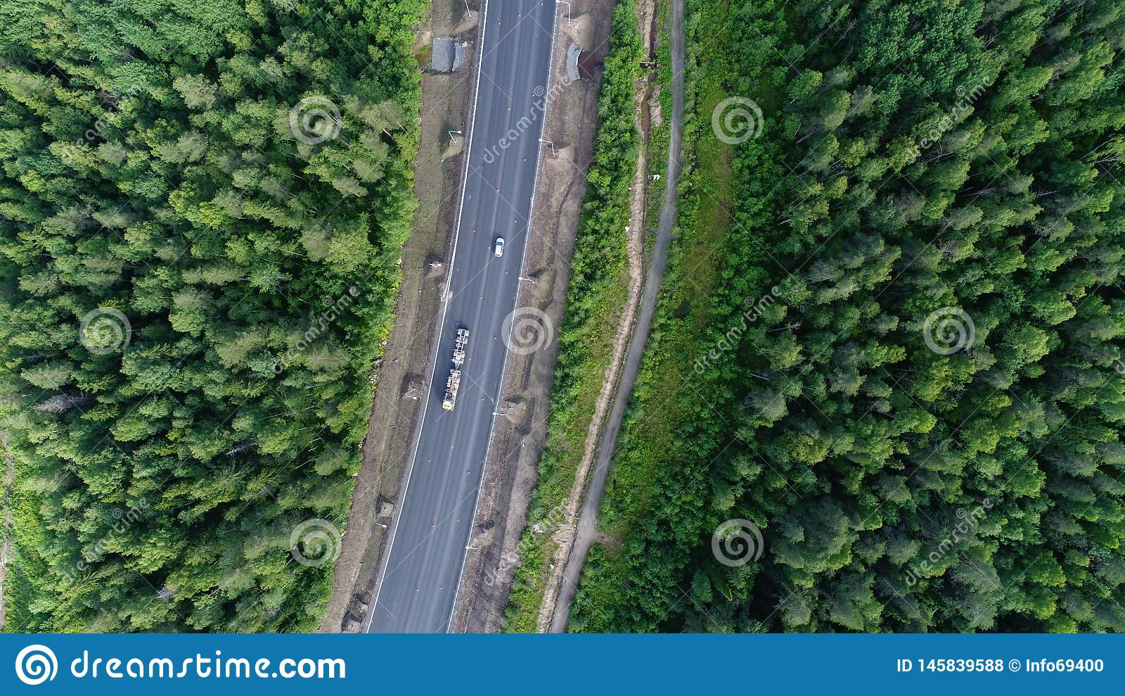 Colpo aereo del paesaggio della natura della foresta di bellezza con la strada