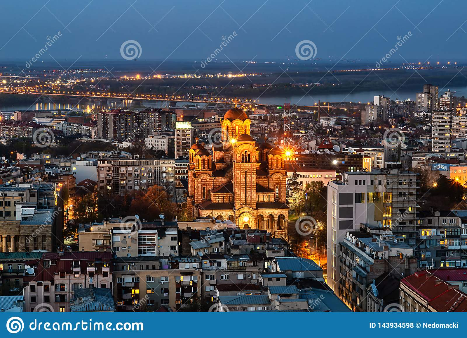Colpo aereo del san Marko Church a Belgrado alla notte