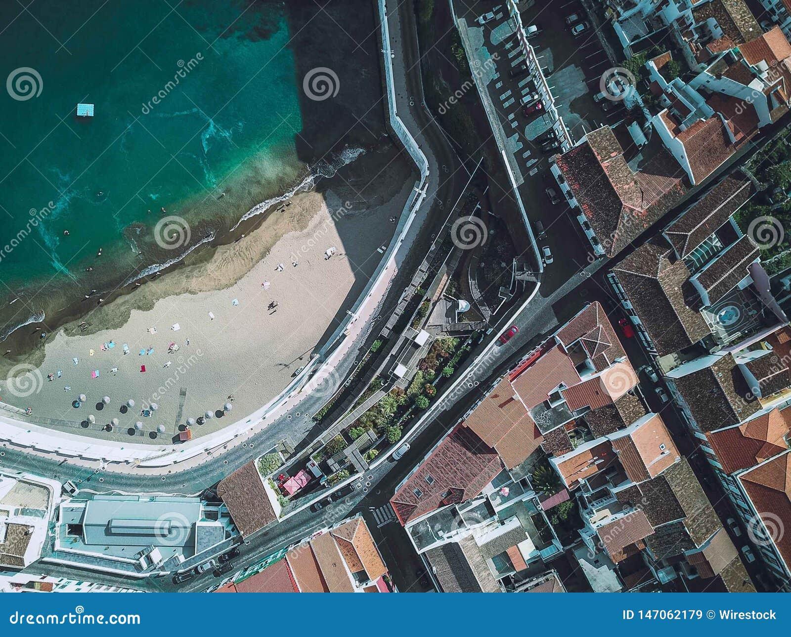 Colpo aereo della spiaggia di una città urbana