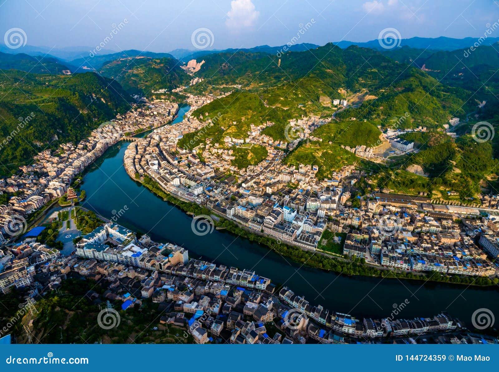 Colpo AEREO delle case e del ponte tradizionali sul fiume di Wuyang, Guizhou, Cina