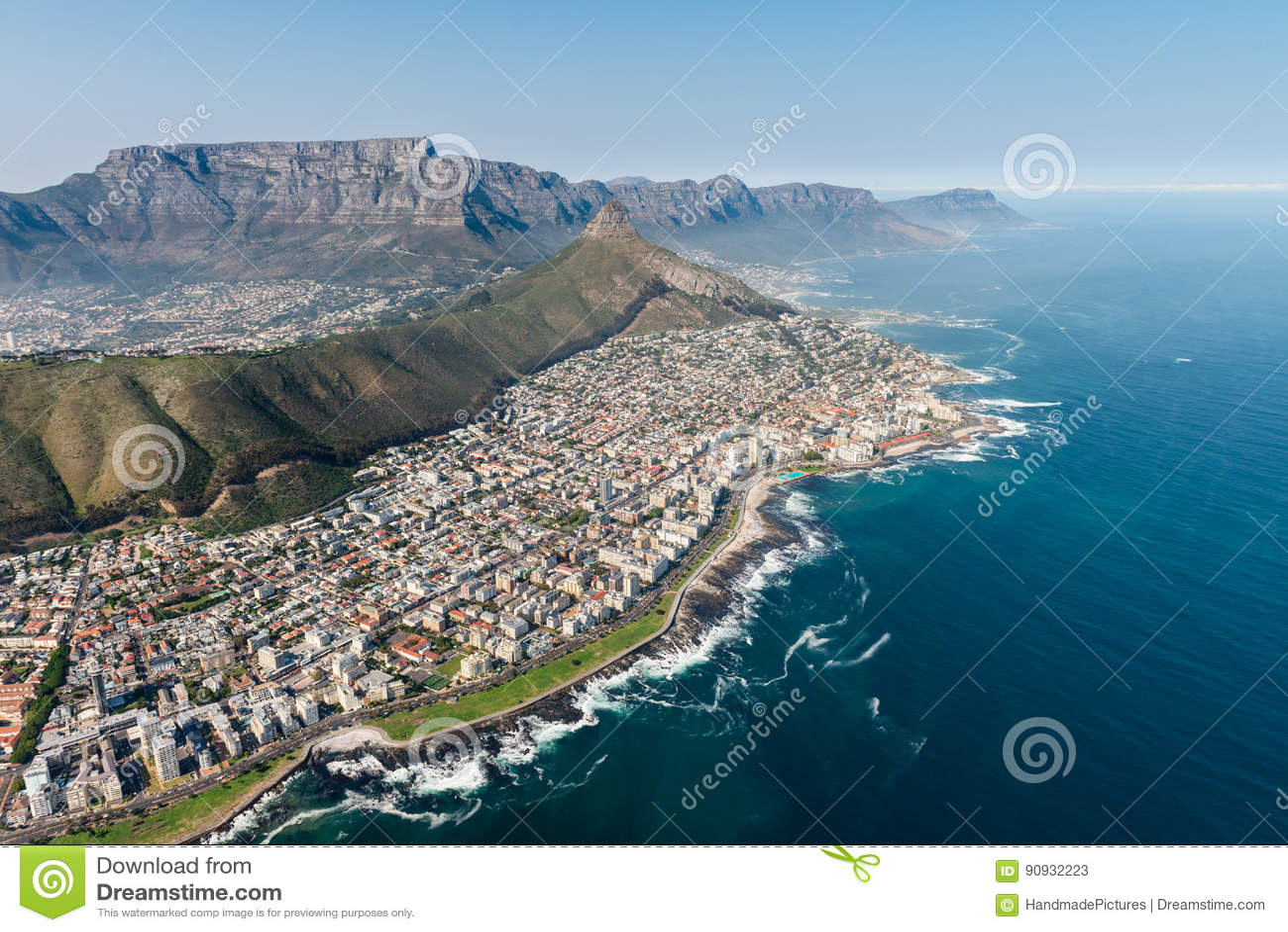 Colpo aereo di Cape Town con il fuoco sul punto del mare