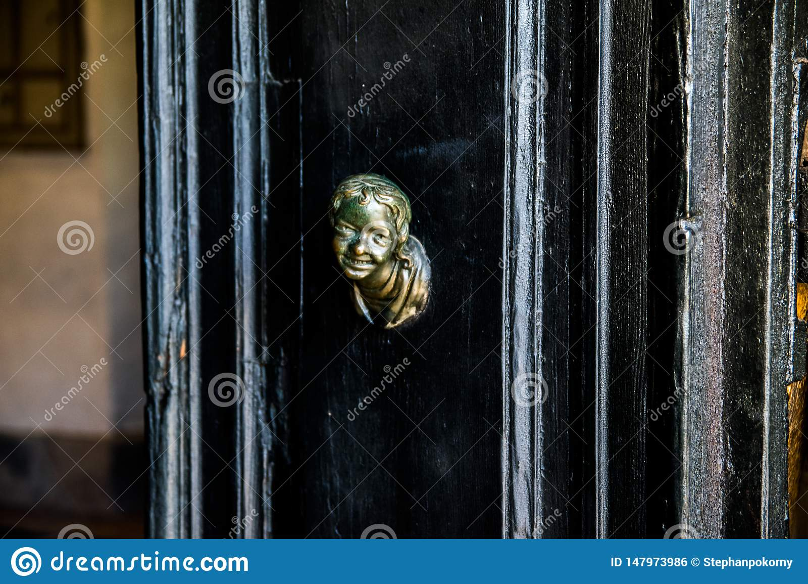Colpo capo su una porta nera
