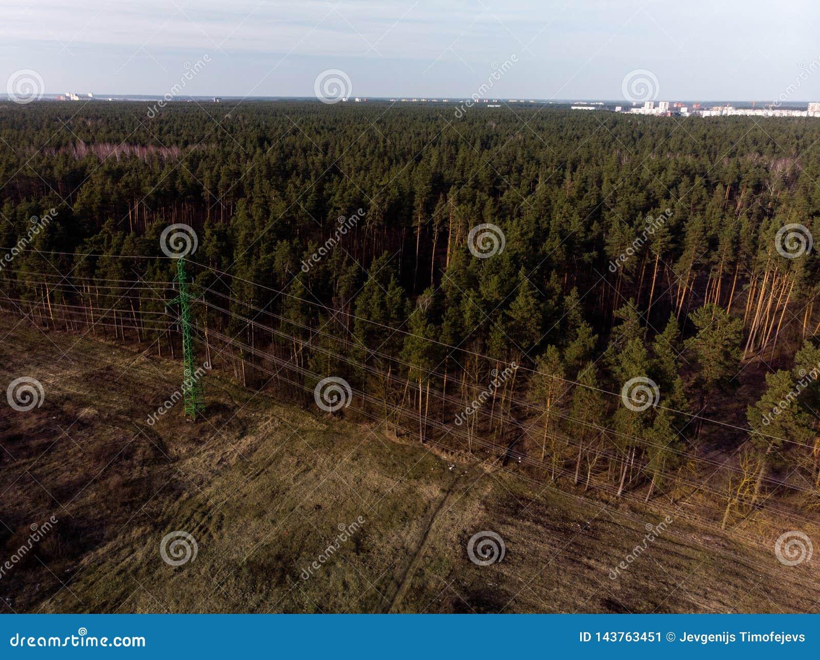 Colpo cinematografico aereo della torre ad alta tensione della posta del metallo