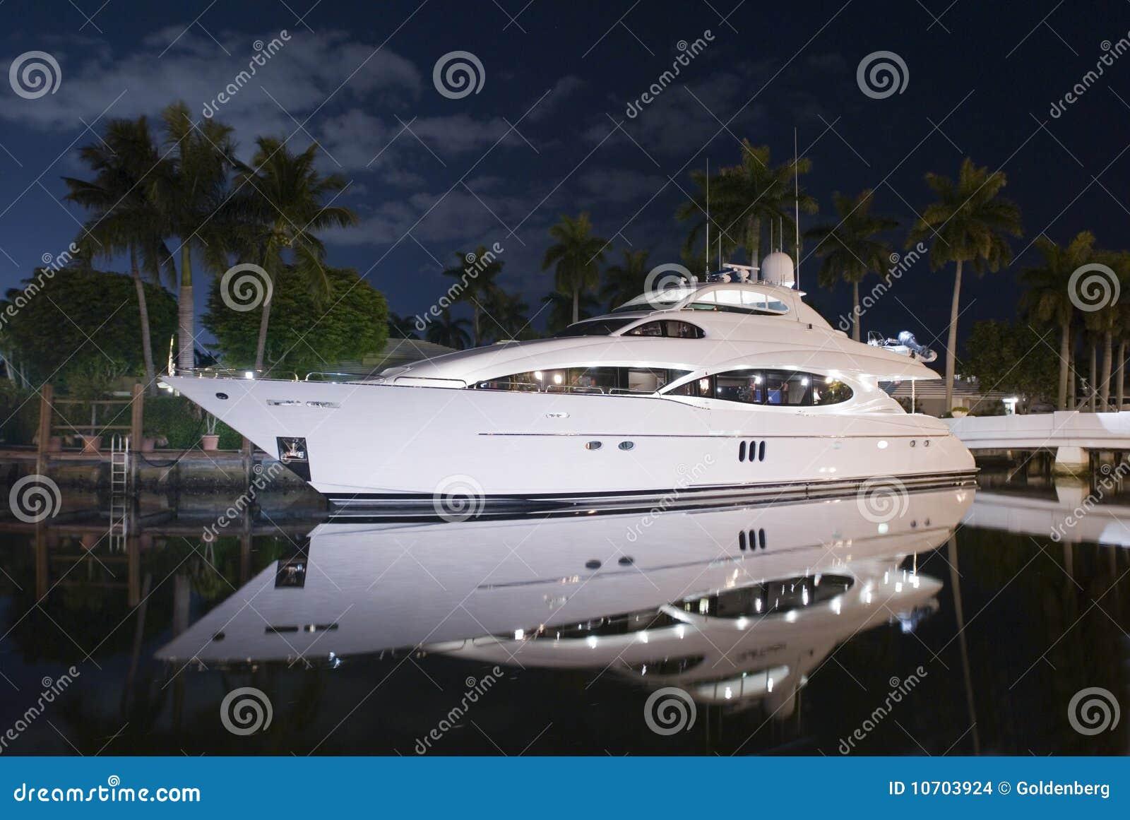 Colpo di notte dell yacht di lusso