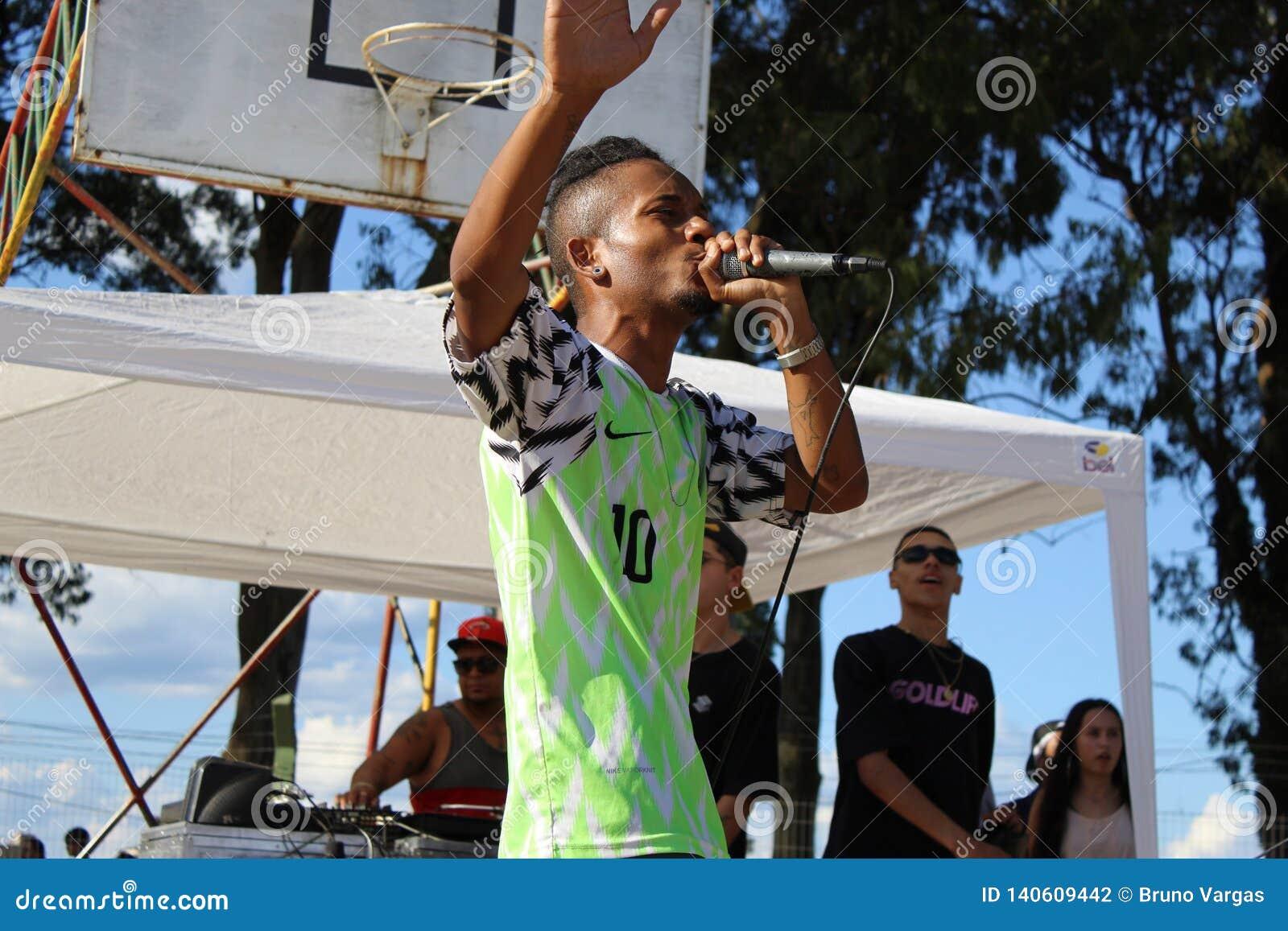 Colpo secco di rima MC al festival di Hip Hop nel Brasile