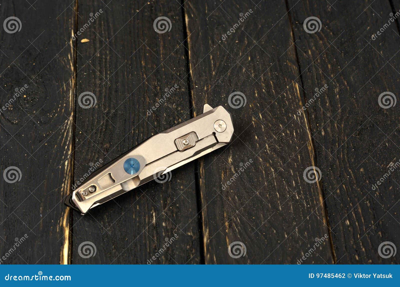 Coltello con una maniglia del metallo nella forma piegata