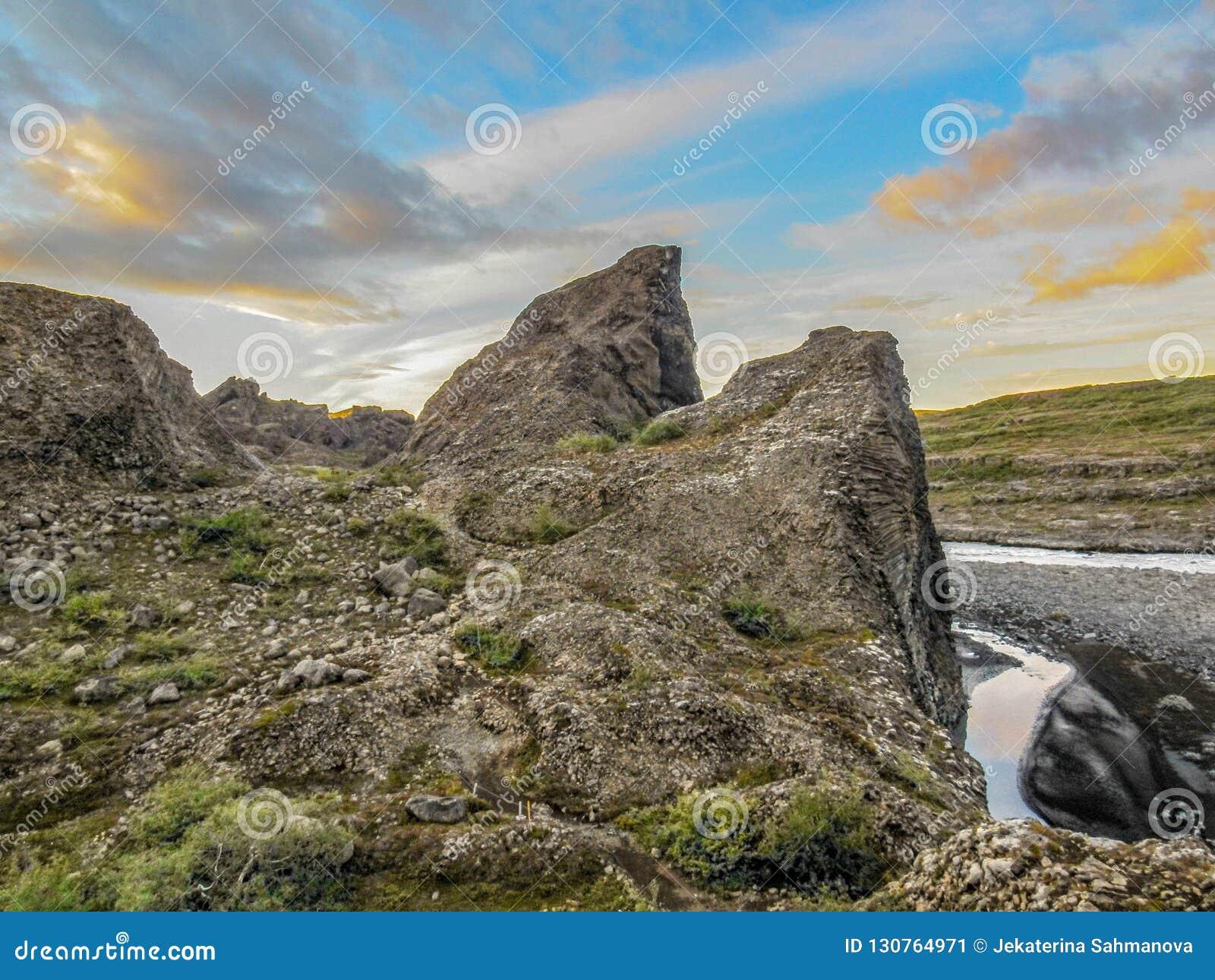 Columnar basalt och is- flod Jokulsa för unika bildande en Fjollum i Vesturdalur, Asbyrgi, nordost av Island, Europa