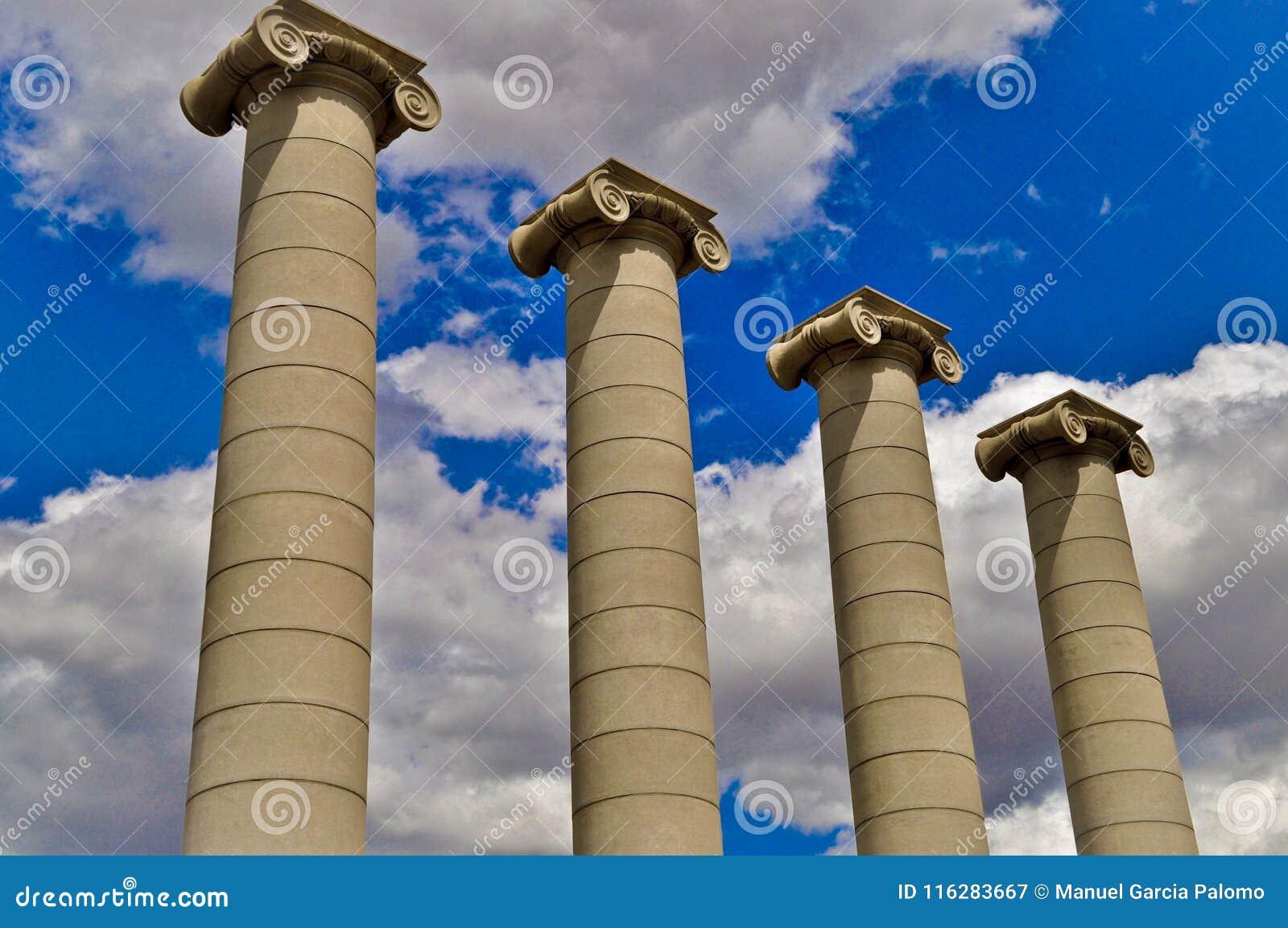 Columnas clásicas debajo del cielo azul en Barcelona España