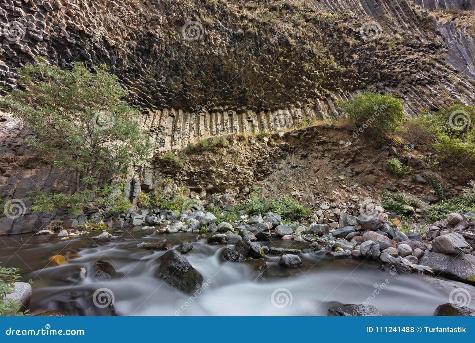 Columnas del basalto conocidas como sinfonía de las piedras, en el valle de Garni, Armenia