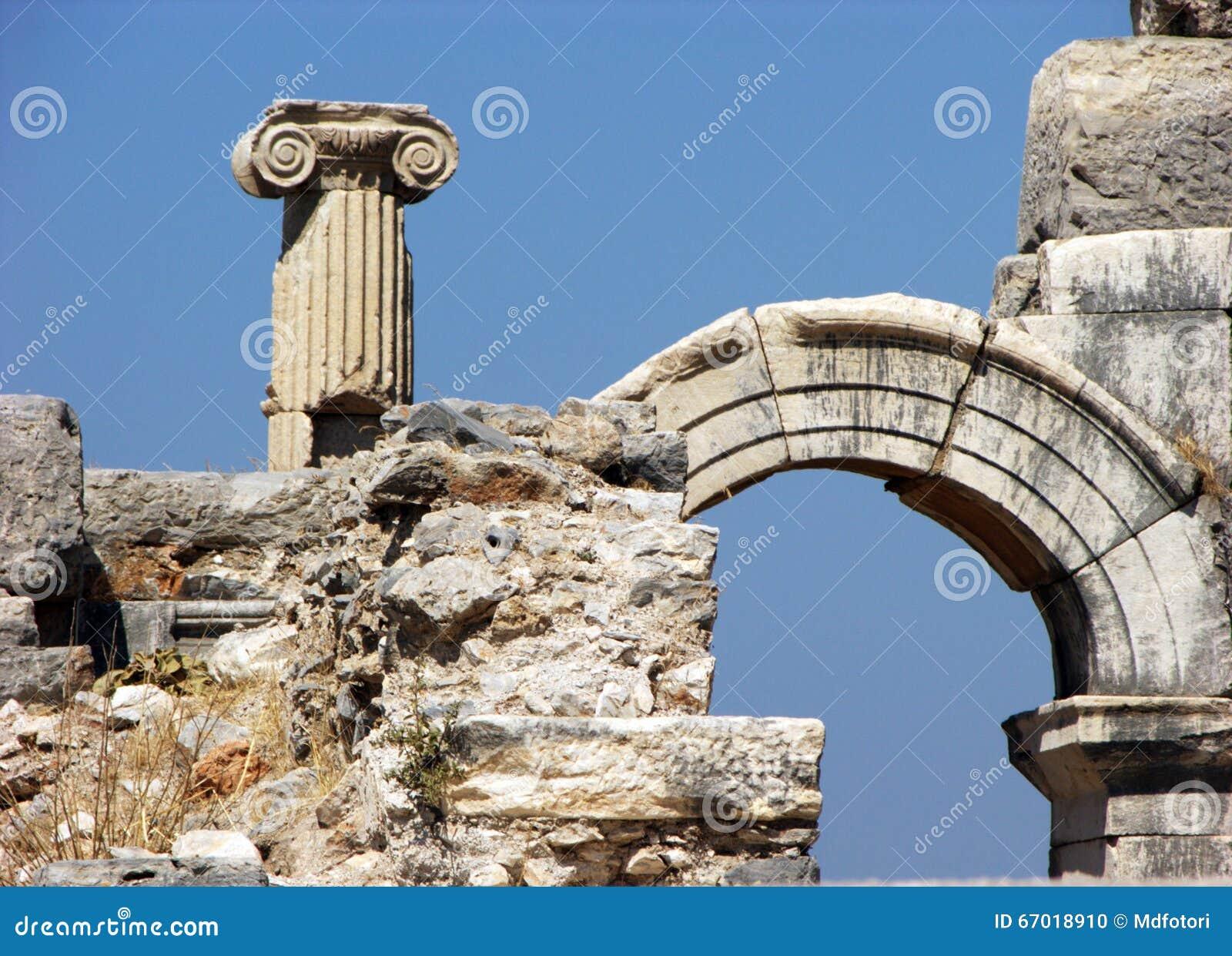 Coluna, arco e ruínas em Ephesus, Turquia