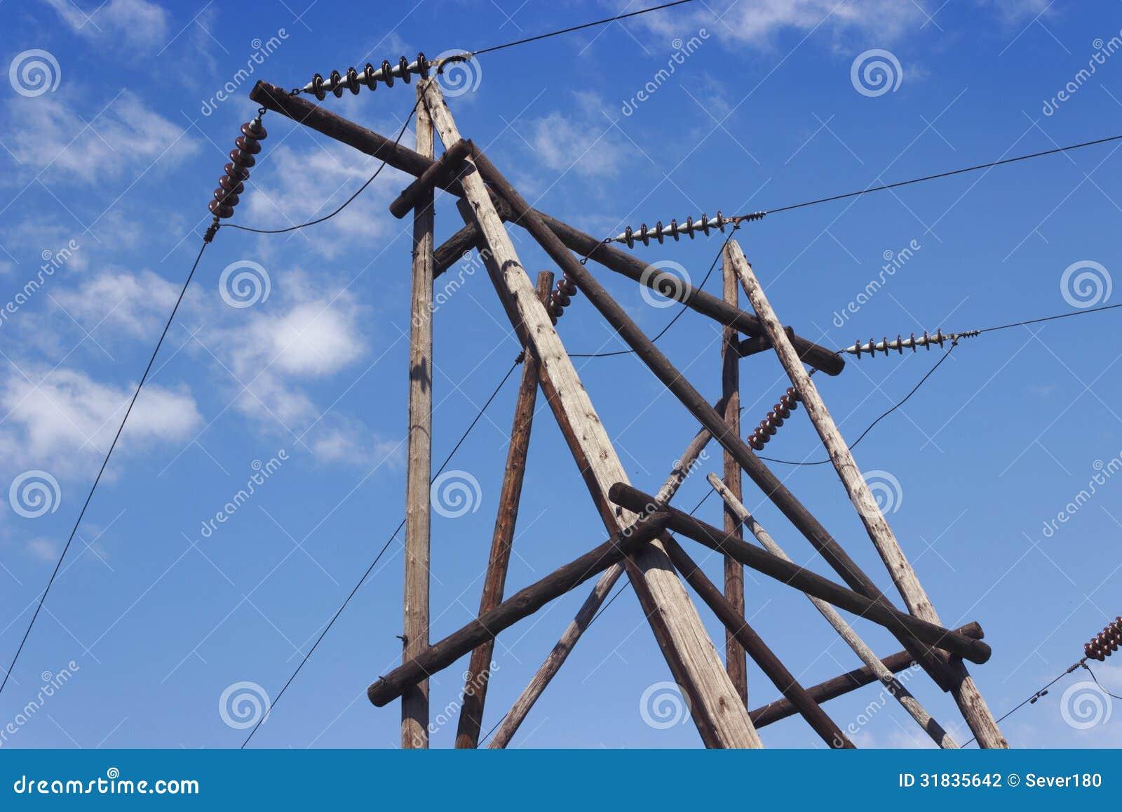Coluna de madeira da linha de transmissão da eletricidade