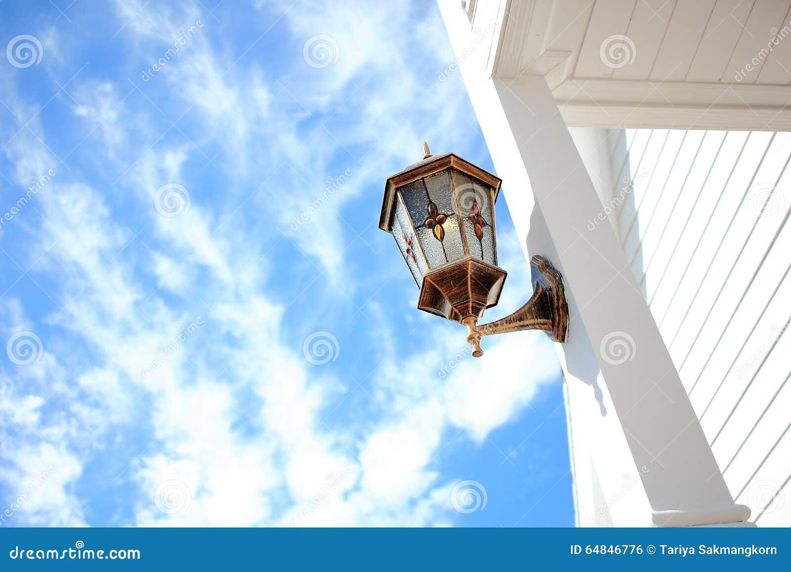 Coluna do branco de Front Porch Light Installed At