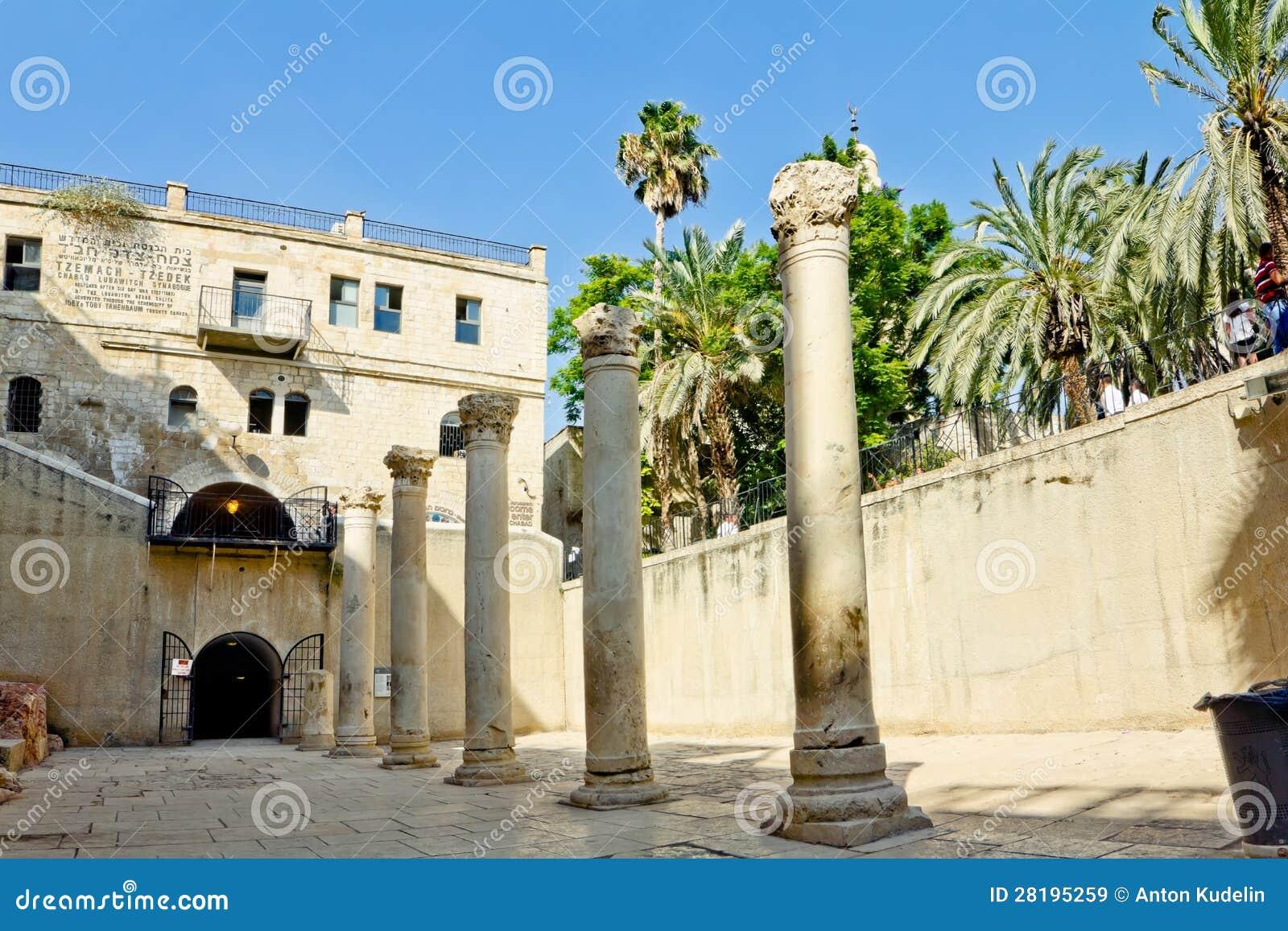 COLUNA ROMANA NA GALERIA DE CARDO EM JERUSALEM