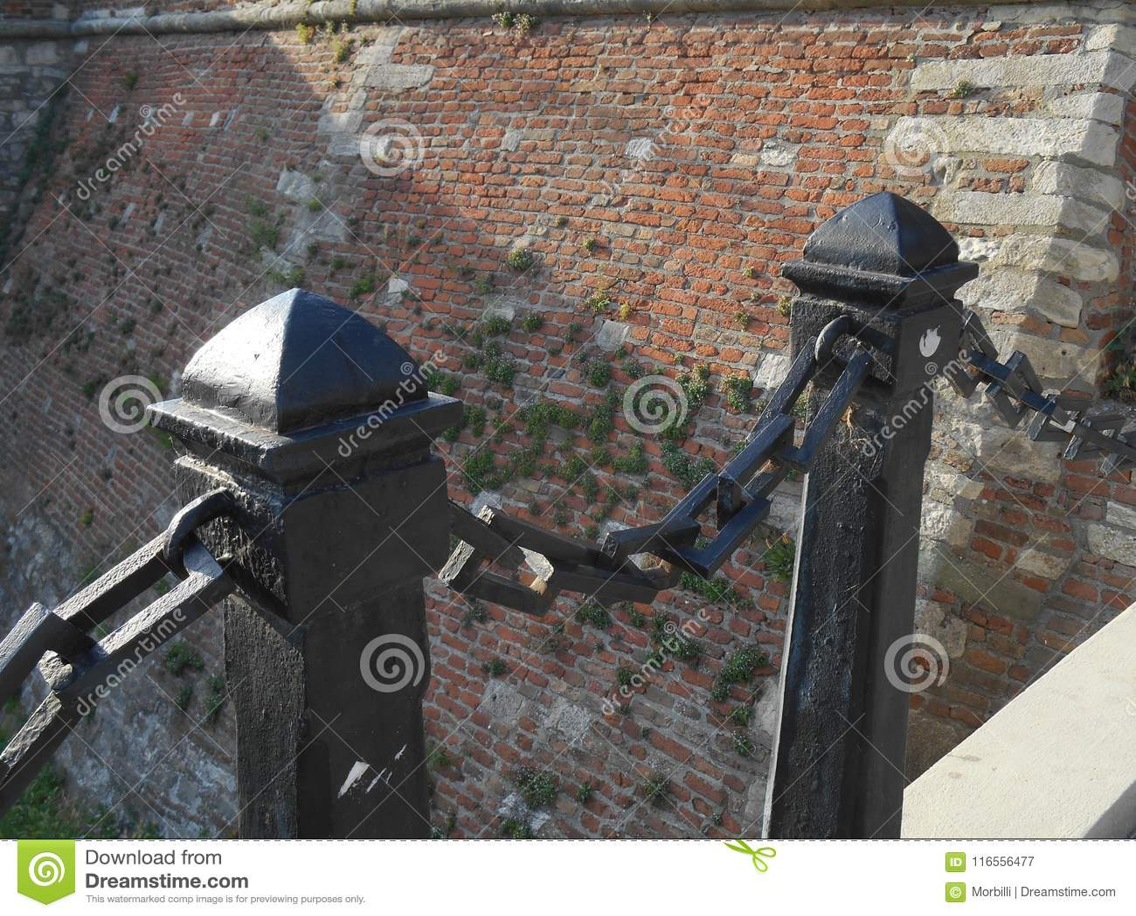 Coluna velha do ferro dois com corrente