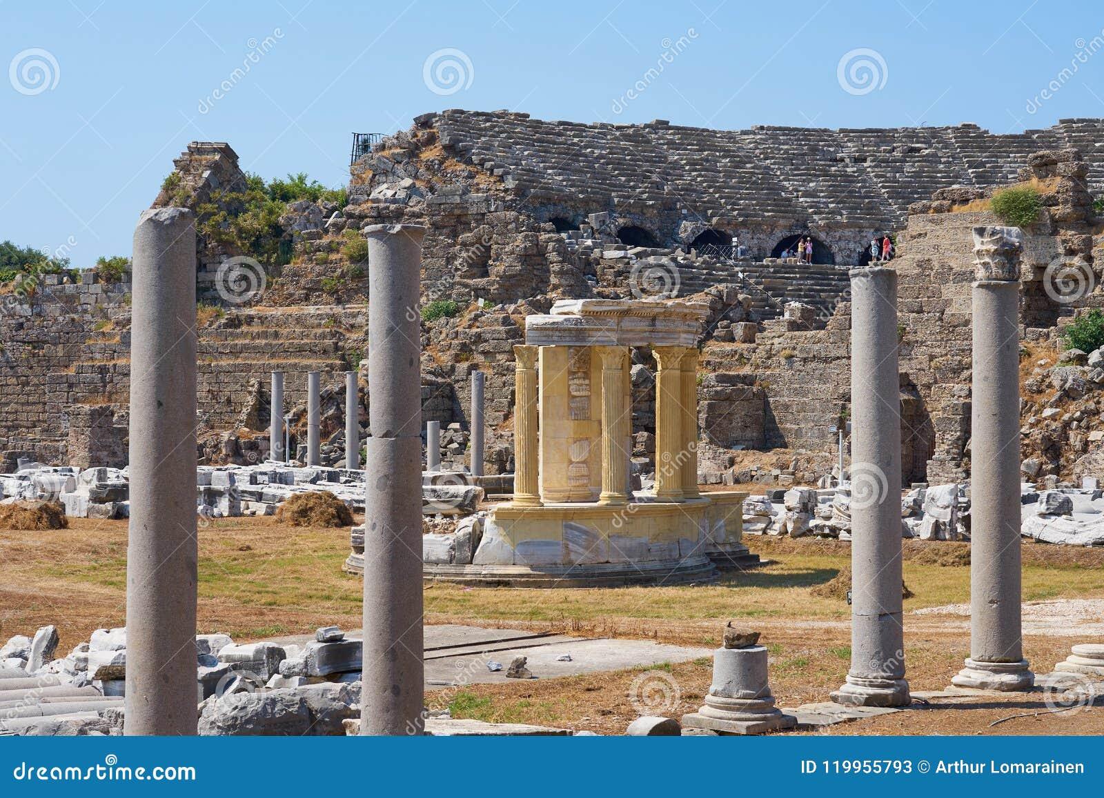 Colunas antigas com parte do anfiteatro no lado da cidade antiga, Turquia