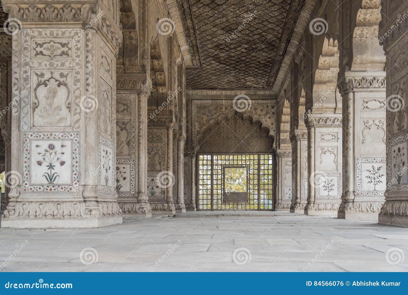 Colunas belamente cinzeladas no forte vermelho em Nova Deli, Índia Foi construído em 1639