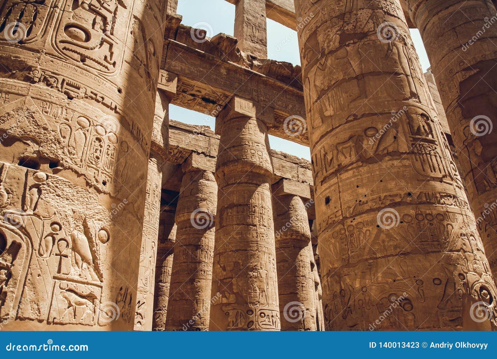 Colunas com hieróglifos no templo de Karnak em Luxor, Egito Curso