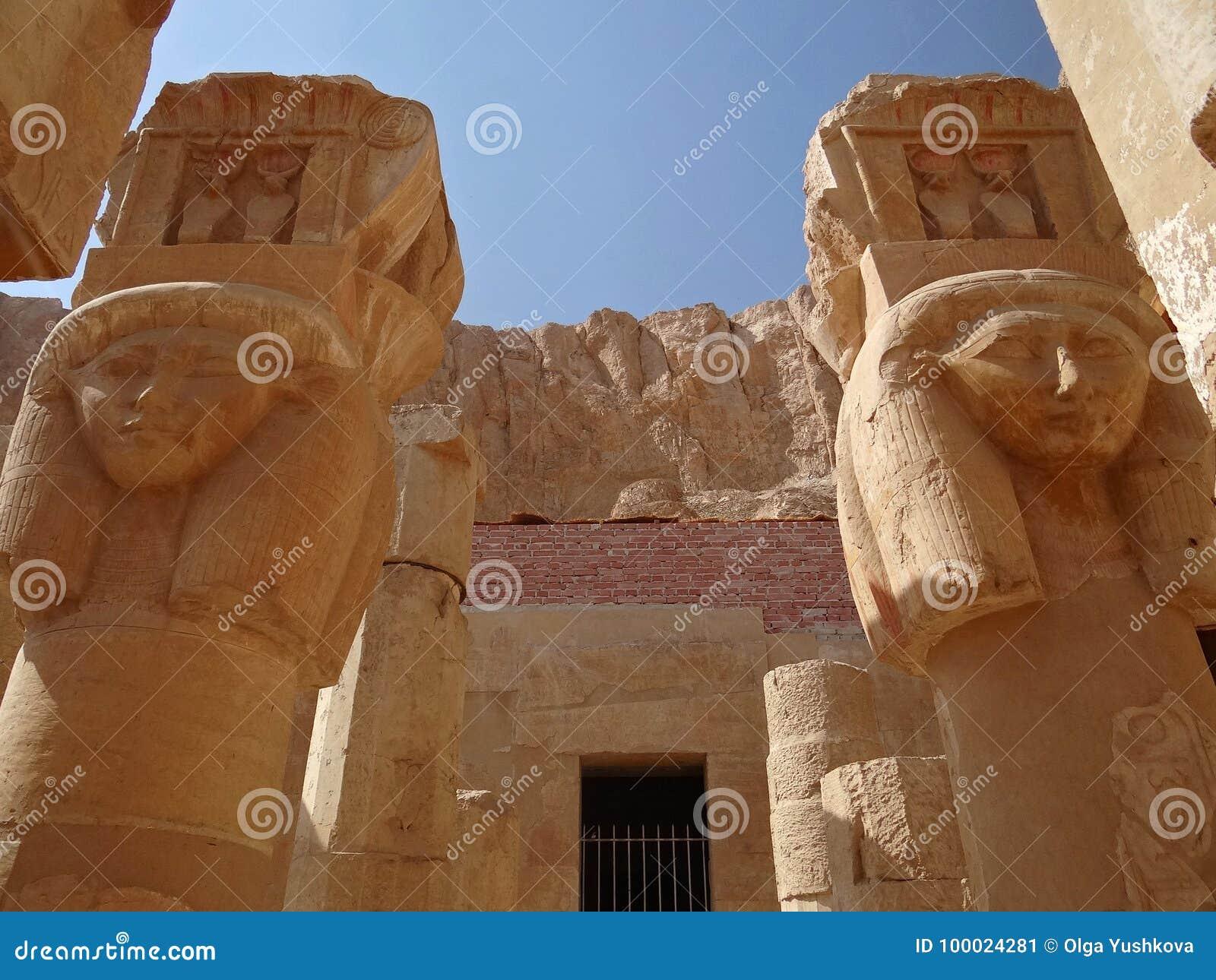 Colunas com imagens de Hathor no templo de Hatshepsut