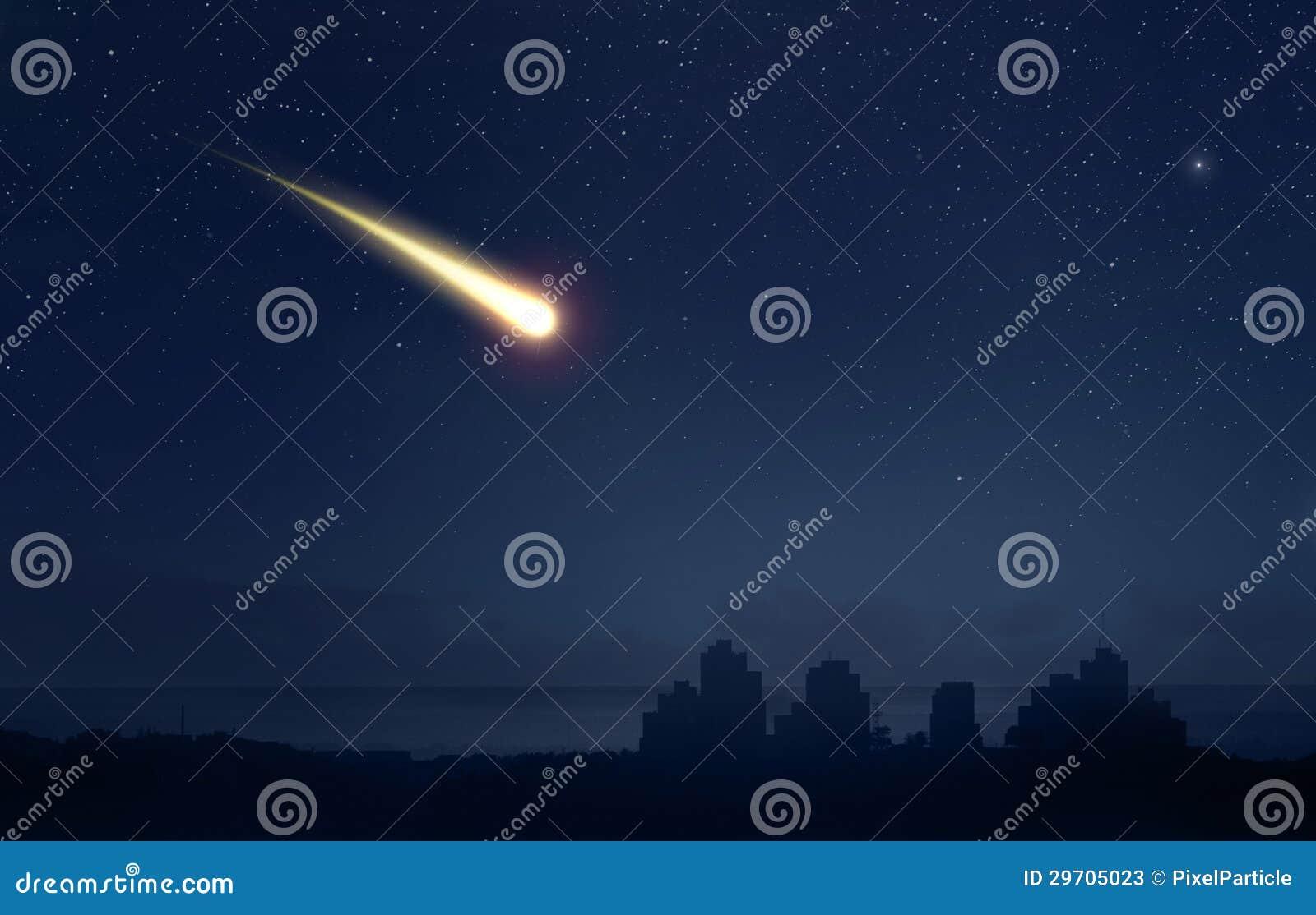 Météore ou comète au-dessus de la ville