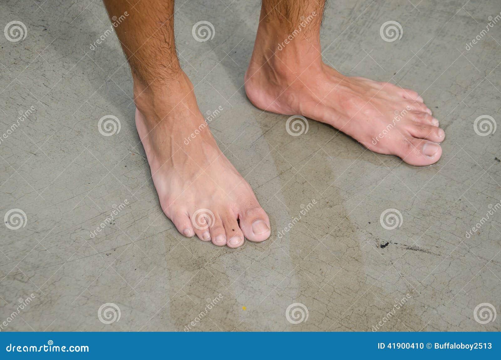 Com os pés descalços das crianças