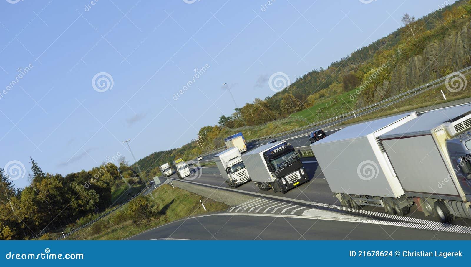 Combóio de caminhões na estrada