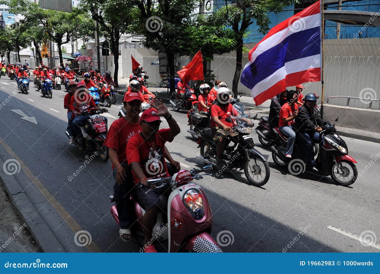 Combóio de protestadores vermelhos tailandeses da camisa em velomotor