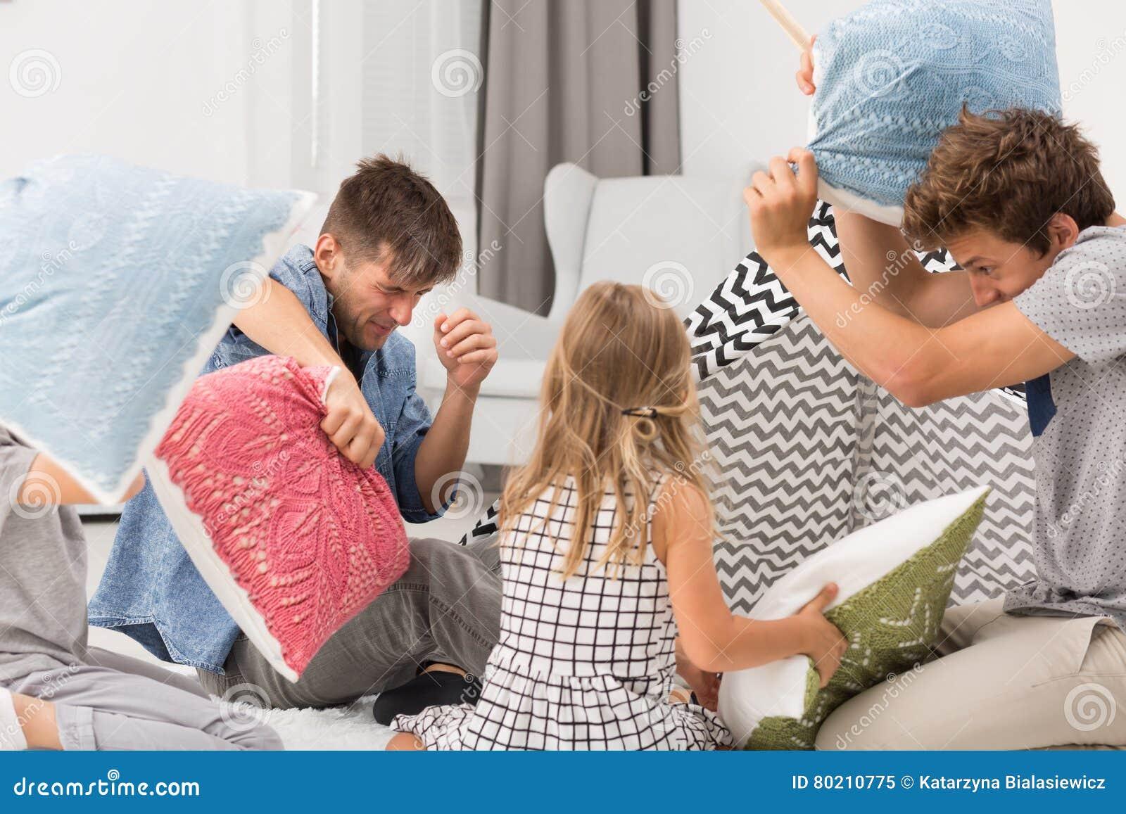 Combat d oreiller avec des enfants