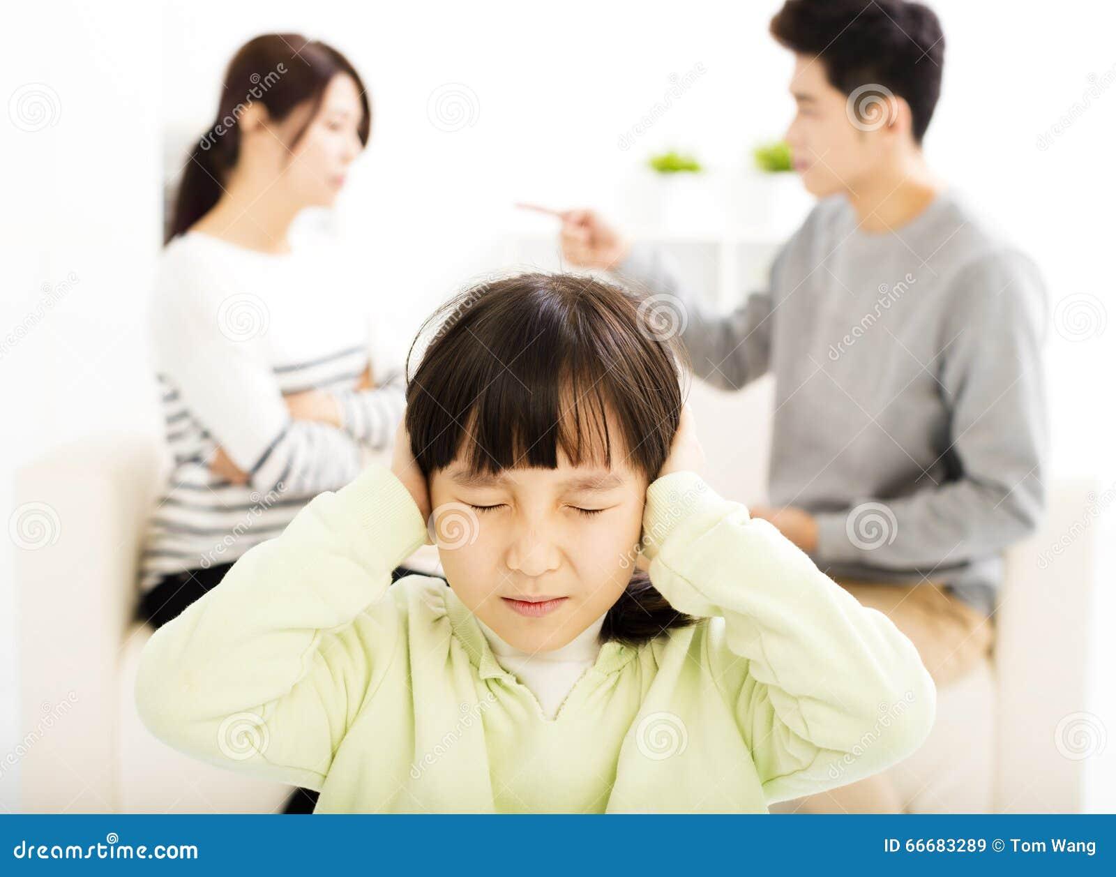 Combat de parents et petite fille étant dérangés