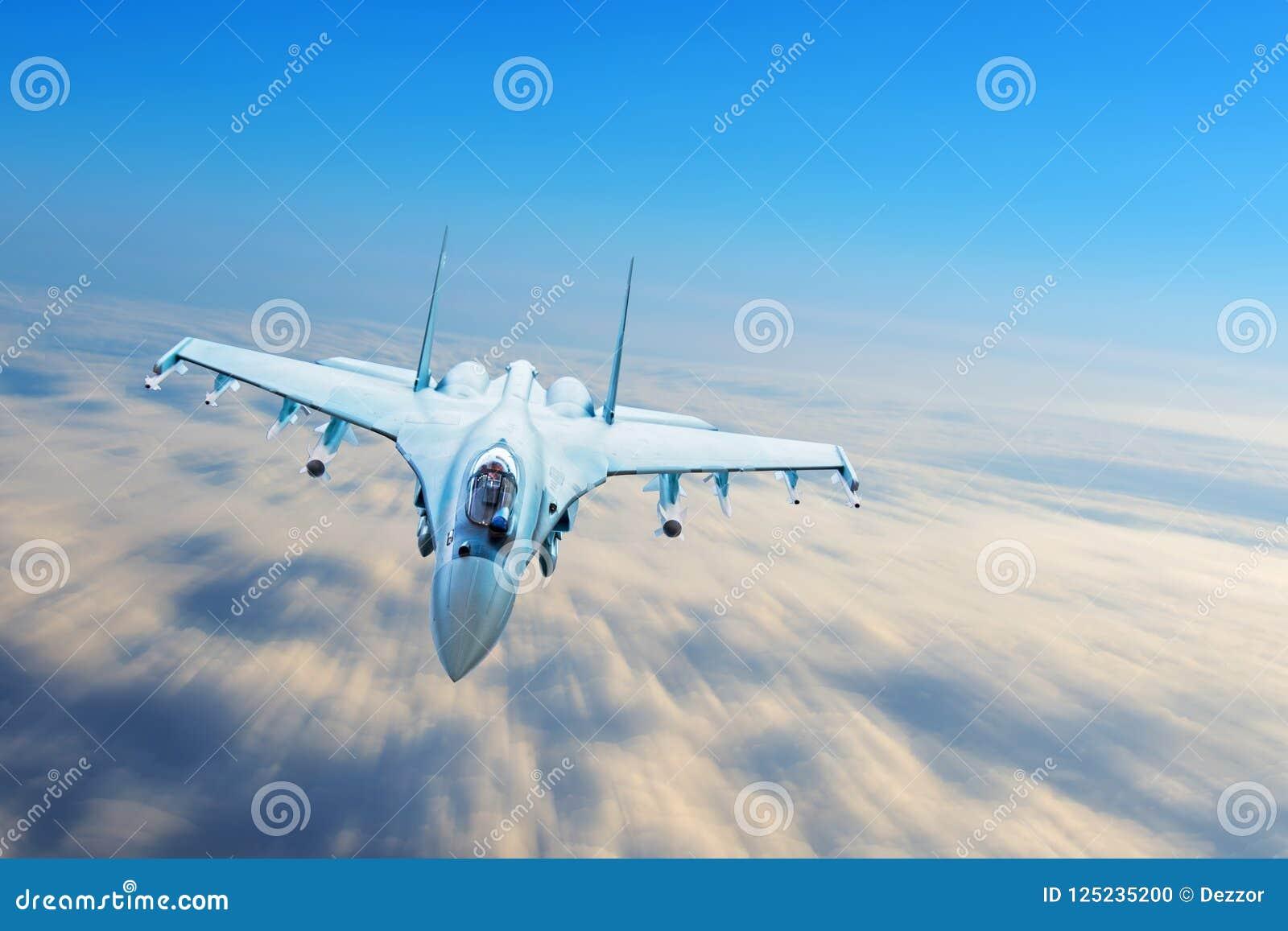 Combata o avião de combate em uma missão militar com armas - foguetes, bombas, armas na elevação do borrão de movimento das mosca