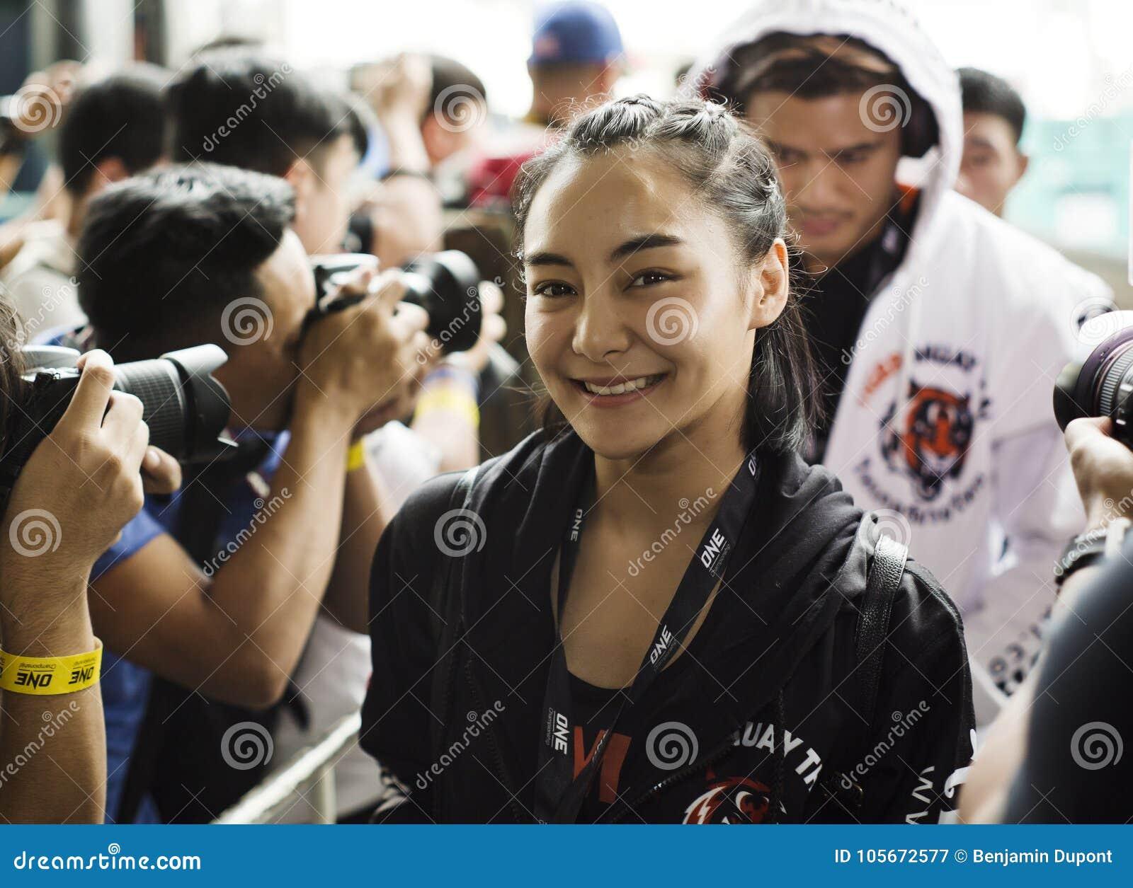 Combatiente del campeonato del atomweight uno de Rika Ishige