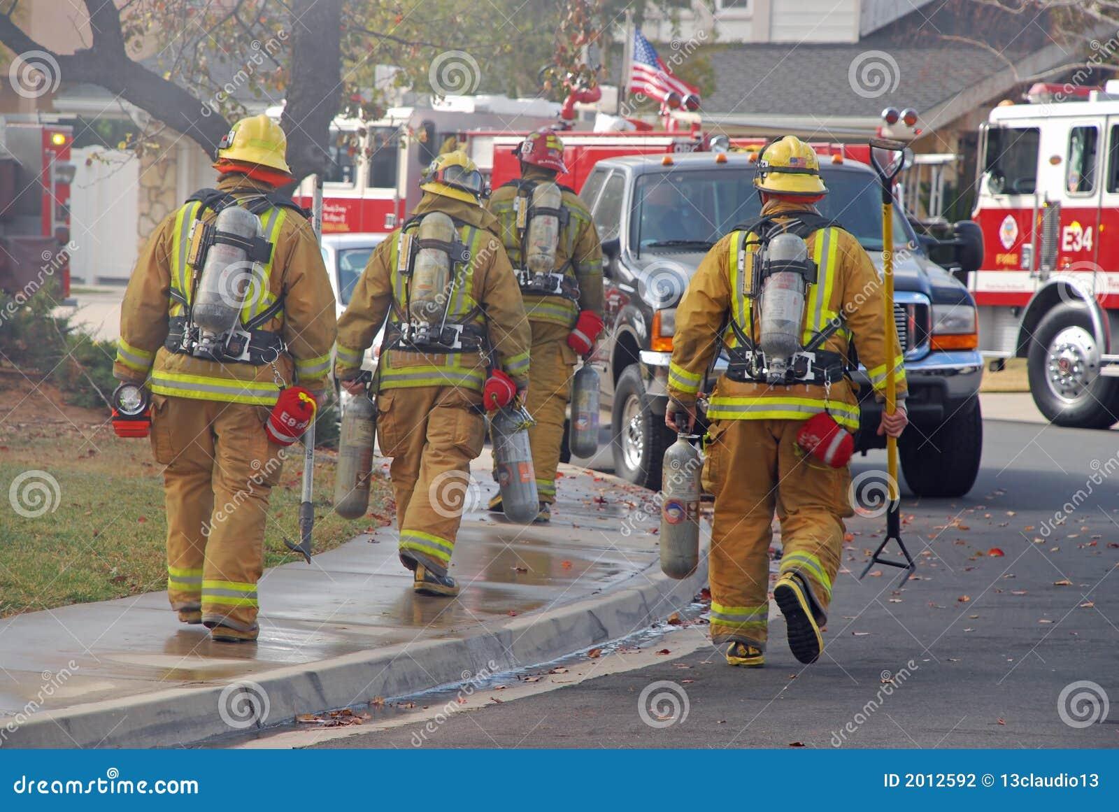 Combatientes de fuego que dirigen a un fuego