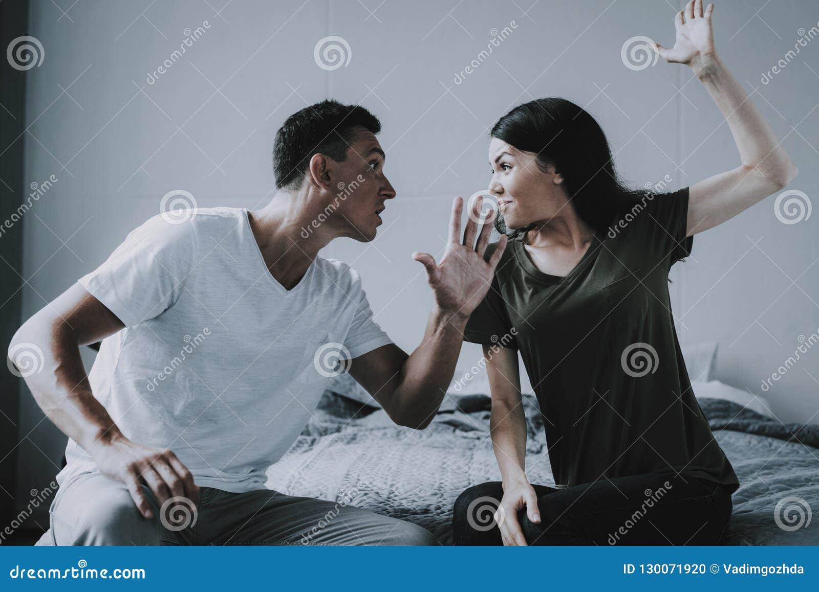 Combats de femme et d homme tout en se reposant sur le lit à la maison