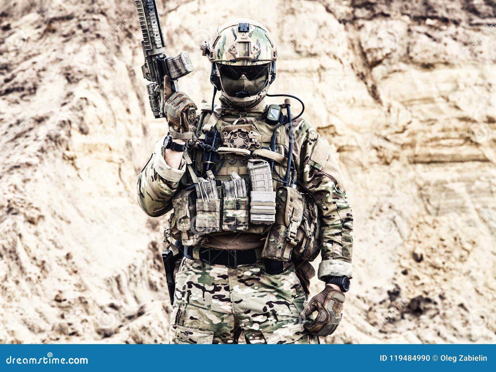 Combattant d élite des forces spéciales prêtes pour la bataille