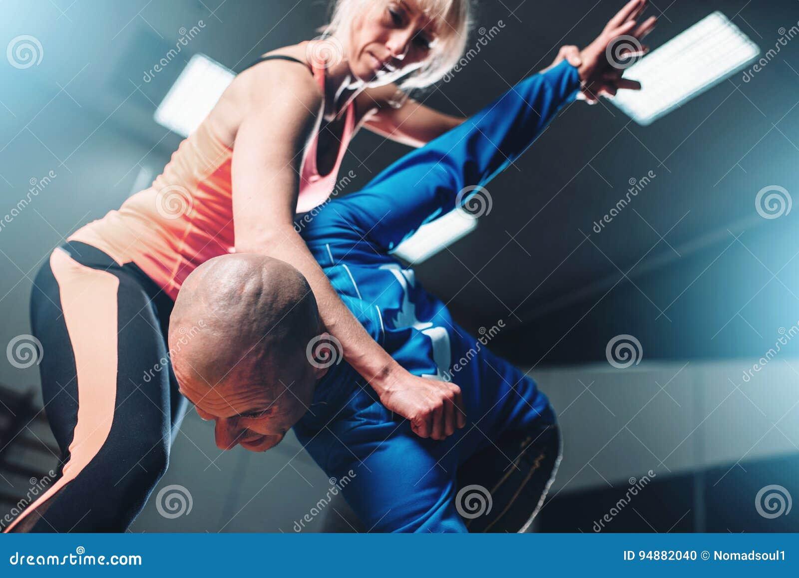 Combattants masculins et femelles, technique d autodéfense