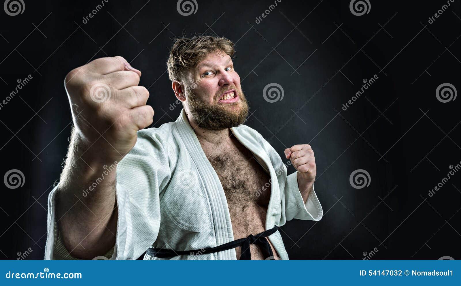 Combattente aggressivo di karatè