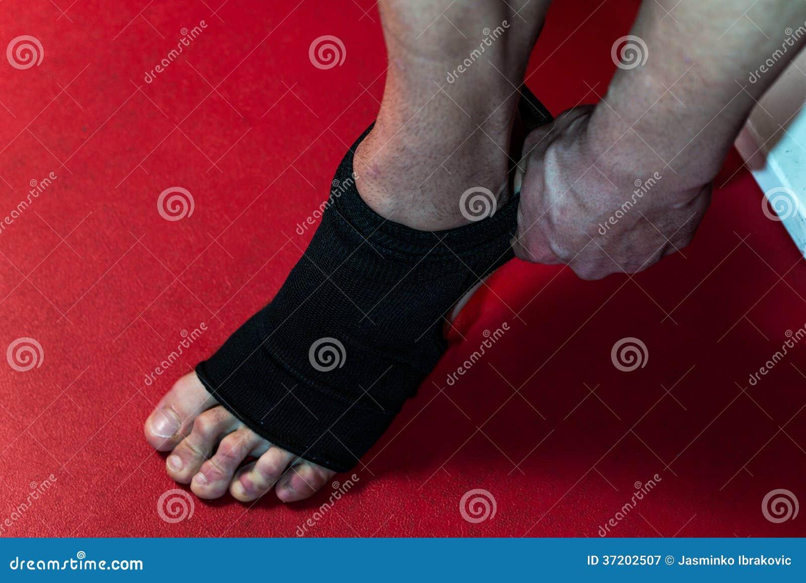 Combattente che mette le cinghie sul suo piede