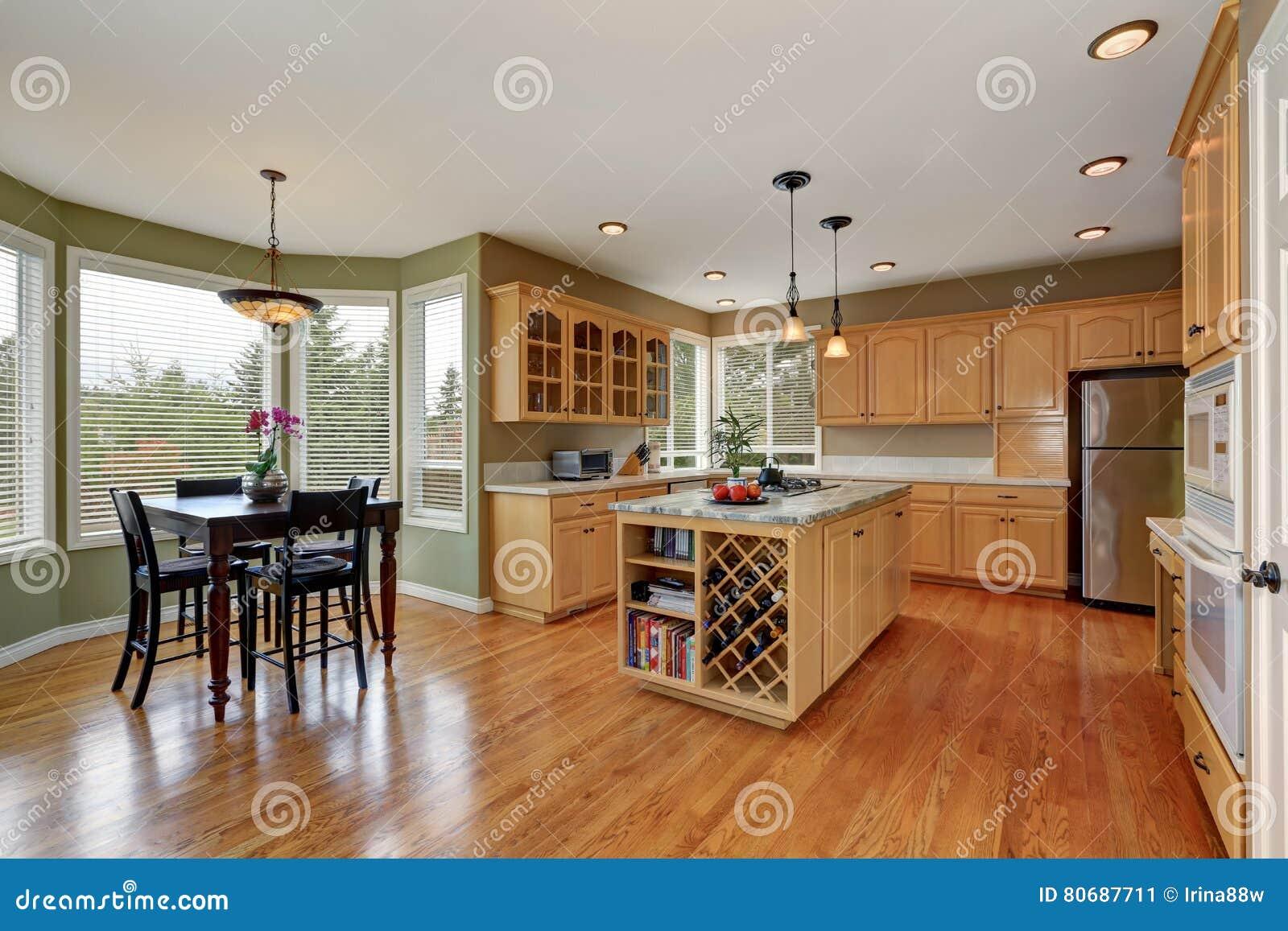 Interior Da Cozinha Com Grupo E Ilha Da Mesa De Jantar Stock Photos