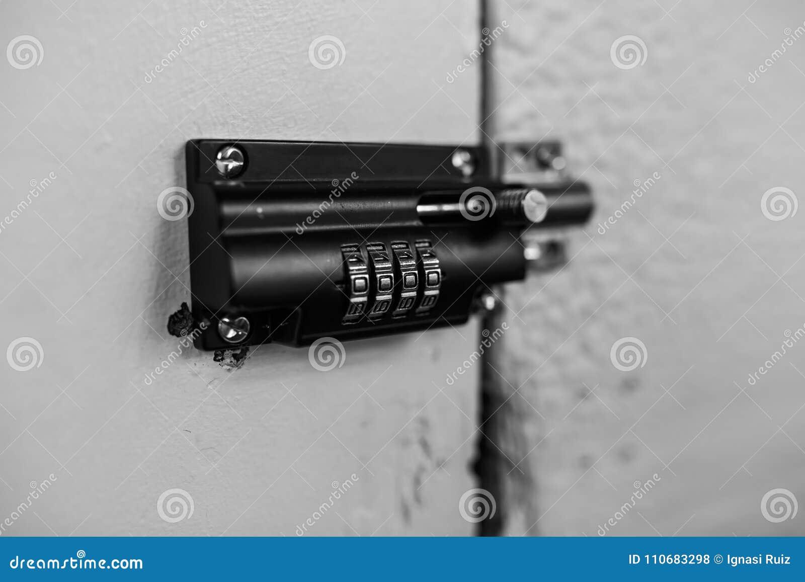 Combinatiehangslot in een houten deur