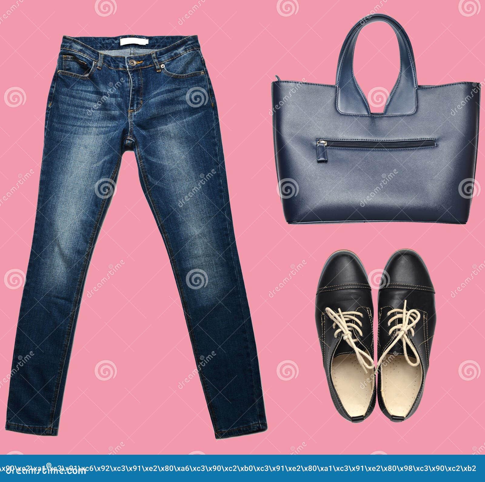 Combinazione di women& x27; abbigliamento di s, scarpe, accessori su un fondo pastello Sguardo di modo minimalism Oggetti isolati
