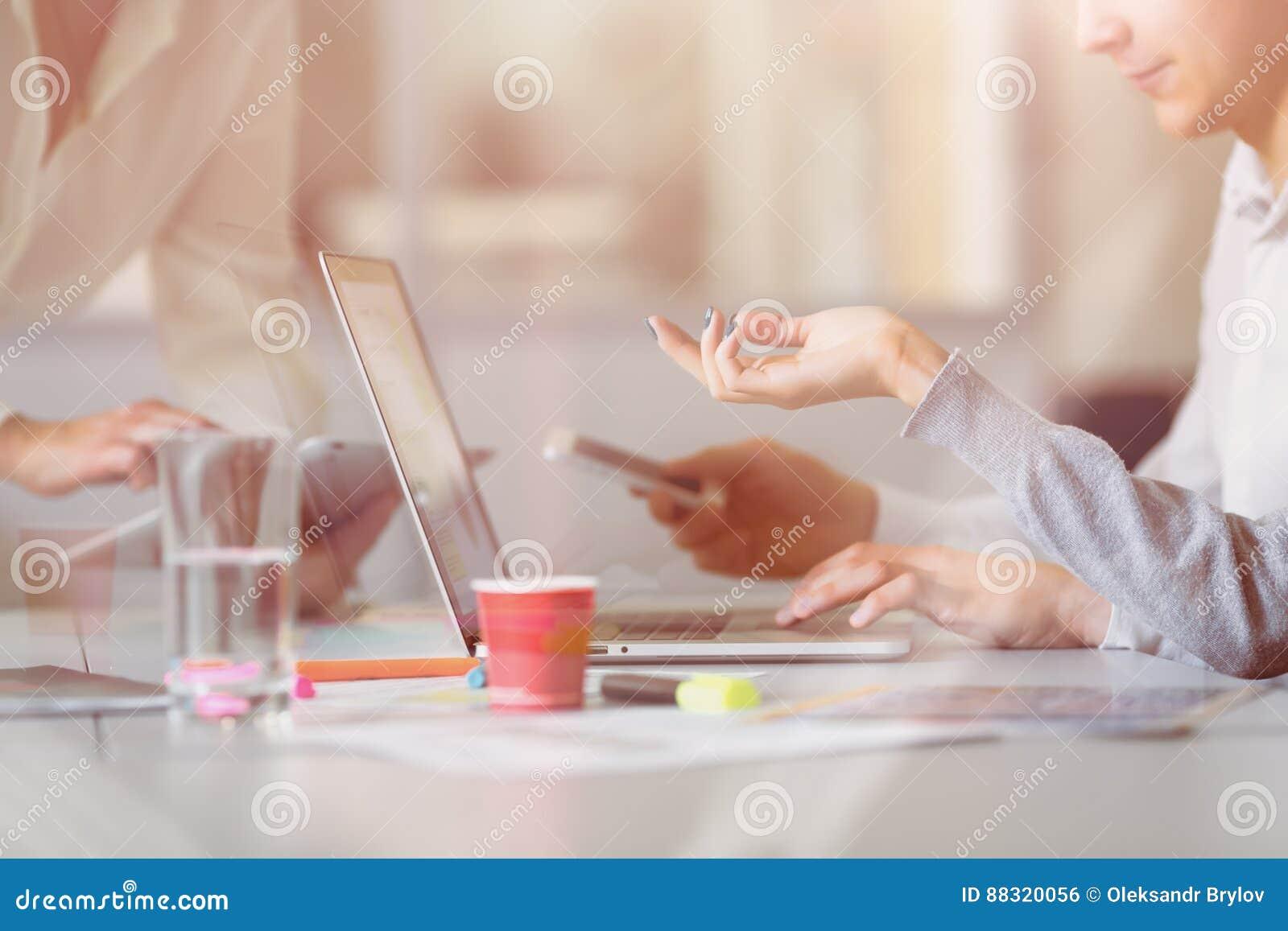 Combine discutiendo proyecto sobre el ordenador en la oficina moderna