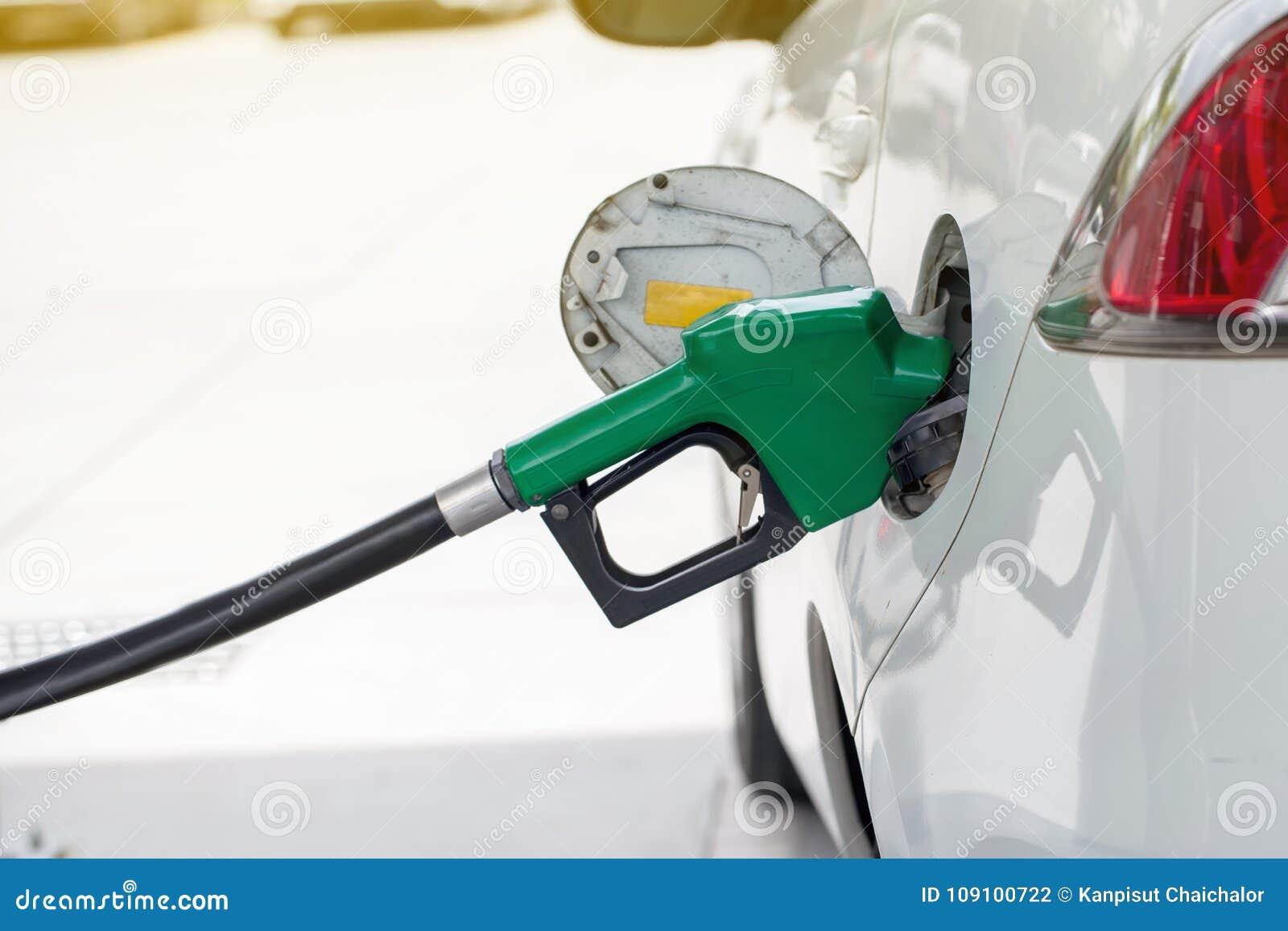 Combustible de gas de aceite rellene y del relleno en la estación Gasolinera - reaprovisionamiento Para llenar la máquina del com