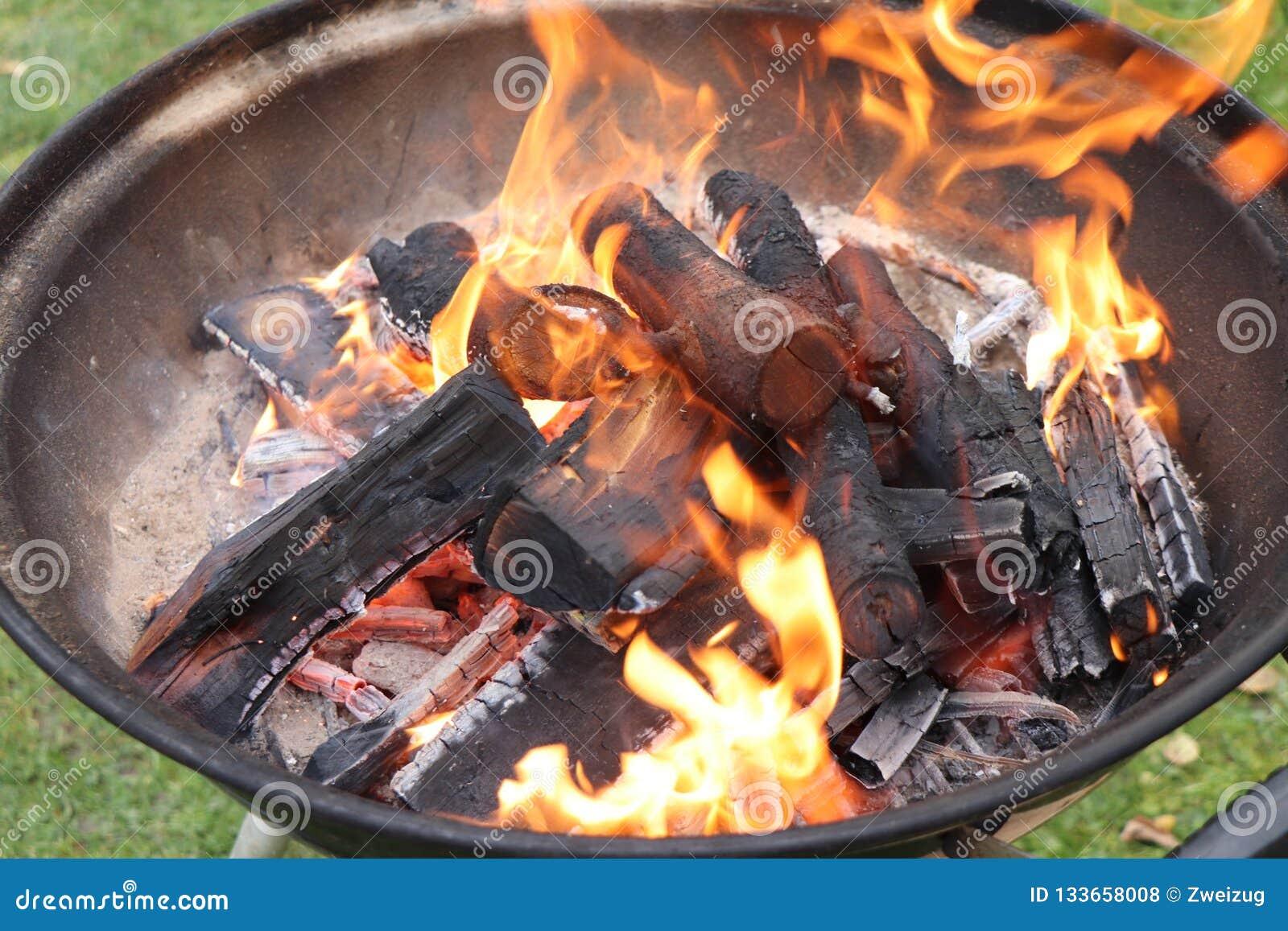 Combustione di legno nella ciotola del barbecue